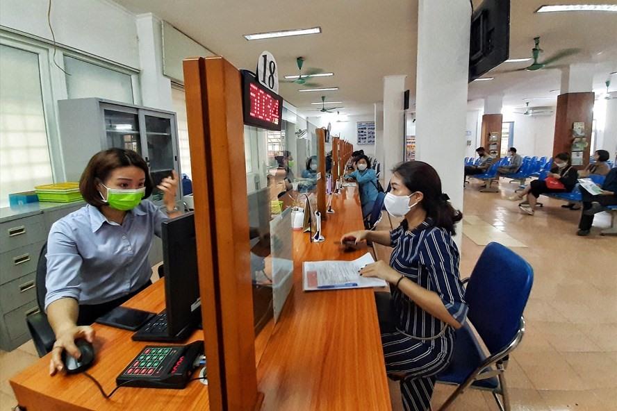 Người lao động đến làm thủ tục đề nghị hưởng trợ cấp thất nghiệp ở Trung tâm Dịch vụ việc làm Hà Nội. Ảnh: Hoa Lê