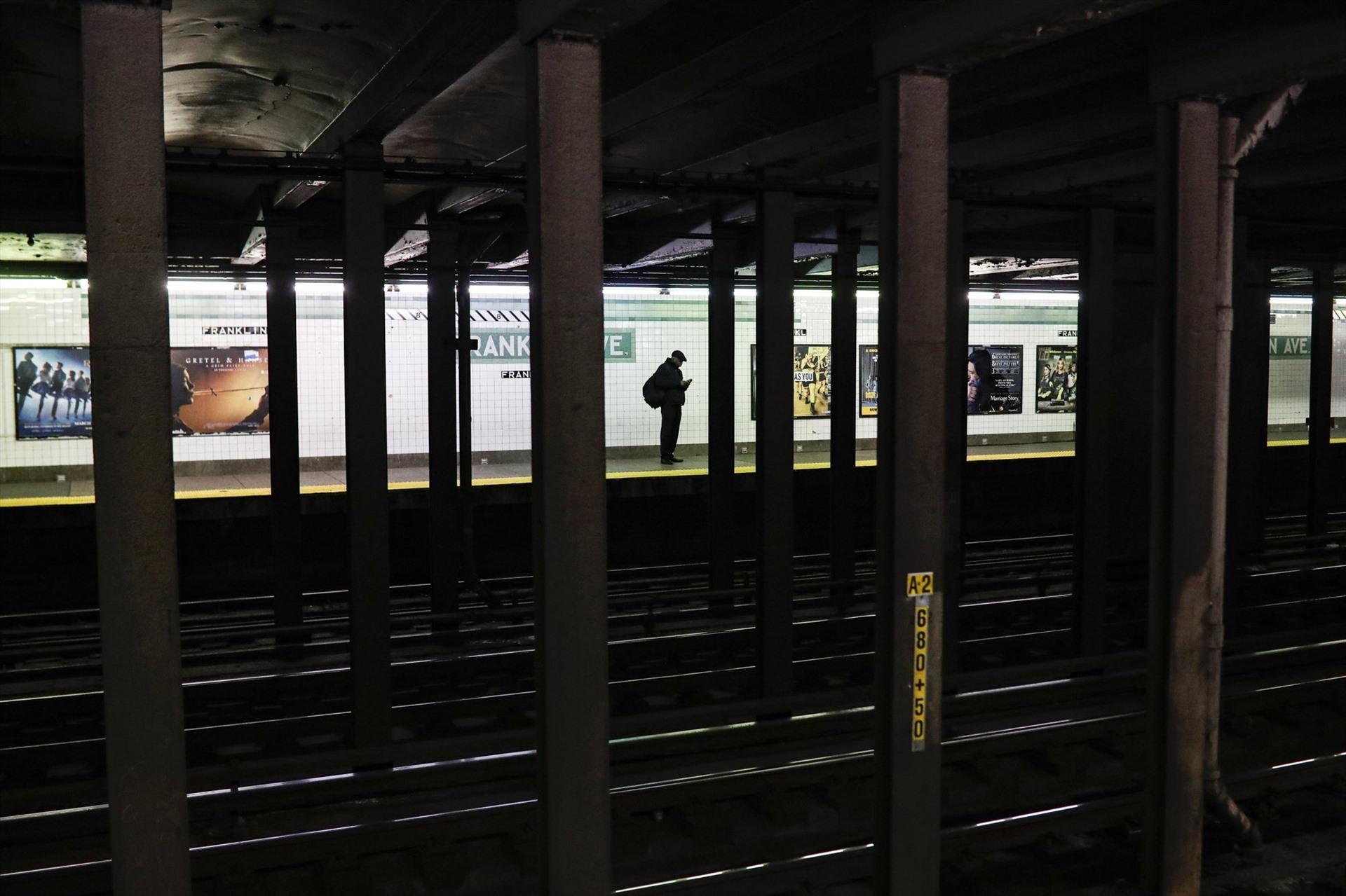 Một hành khách đơn độc giữa ga tàu New York (Mỹ) vào đầu giờ sáng cuối tuần, thời điểm vốn chật cứng hành khách.