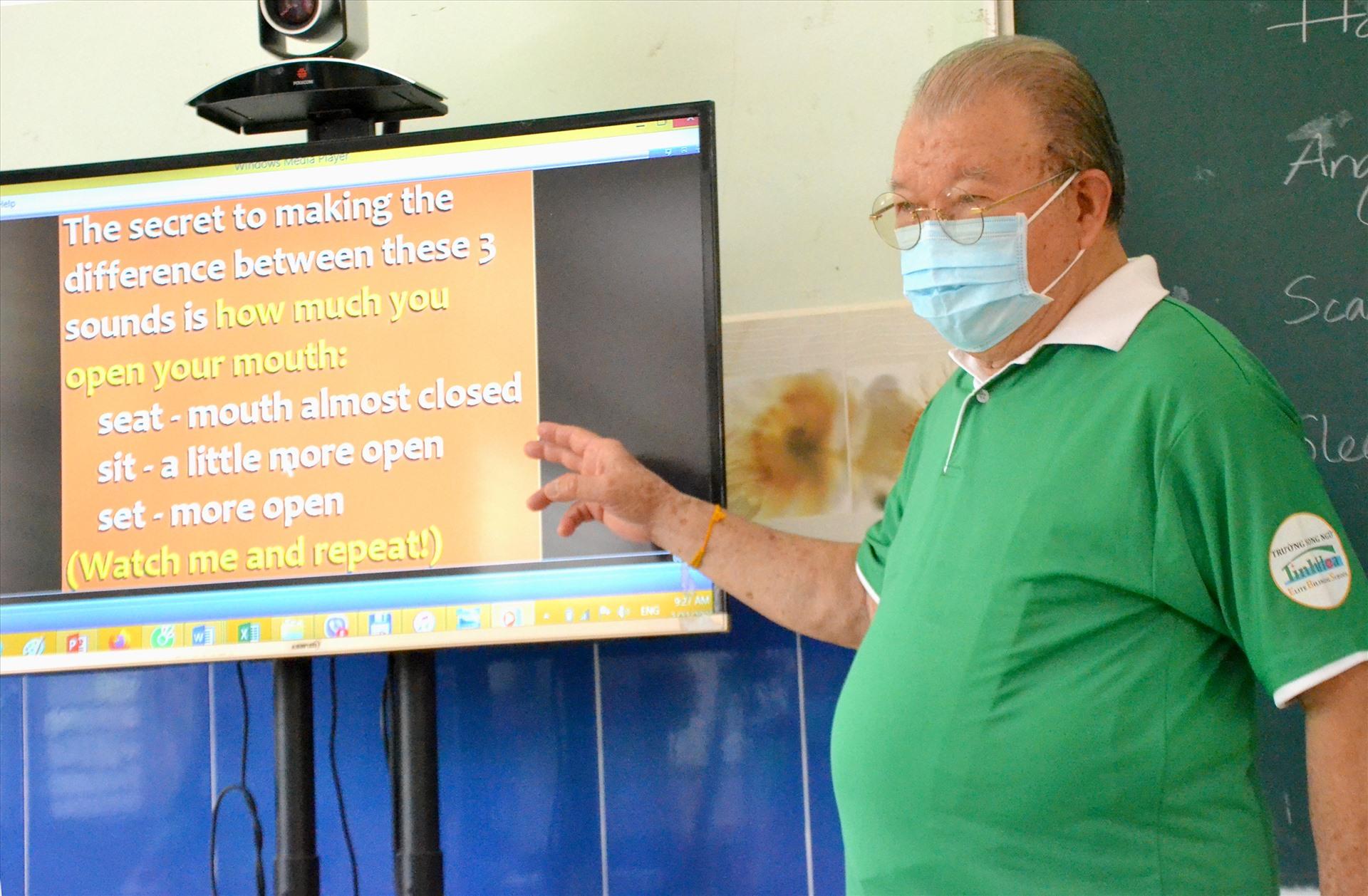 GS. TS Võ Tòng Xuân trong giờ huấn luyện tiếng Anh cho giáo viên Trường song ngữ Tinh Hoa. Ảnh: Lục Tùng