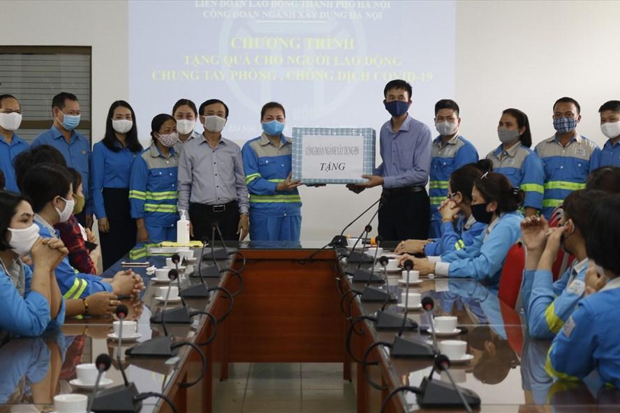 Phó Chủ tịch Liên đoàn Lao động Thành phố Ngô Văn Tuyến và  Công đoàn Xây dựng Hà Nội tặng khẩu trang kháng khuẩn cho Công ty Trách nhiệm hữu hạn Một thành viên môi trường đô thị Hà Nội.  Ảnh: NA