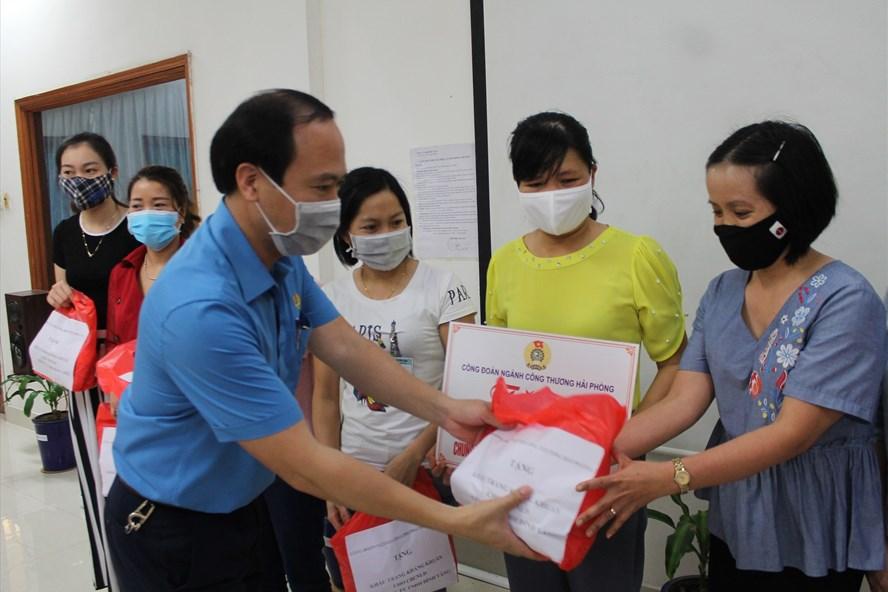 Lãnh đạo Công đoàn ngành Công Thương Hải Phòng trao khẩu trang tặng người lao động. Ảnh Mai Dung
