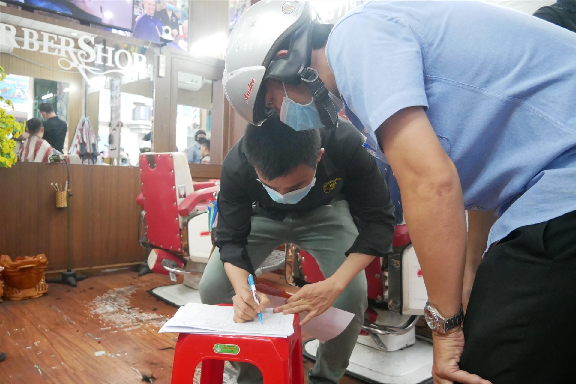 Trần Ngọc - chủ tiệm cắt tóc Hải Baerber shop trên đường Cống Quỳnh (quận 1) cho biết, từ 18h hôm nay sẽ chấp hành nghiêm chỉnh cho đến khi UBND có quyết định cho hoạt động trở lại.