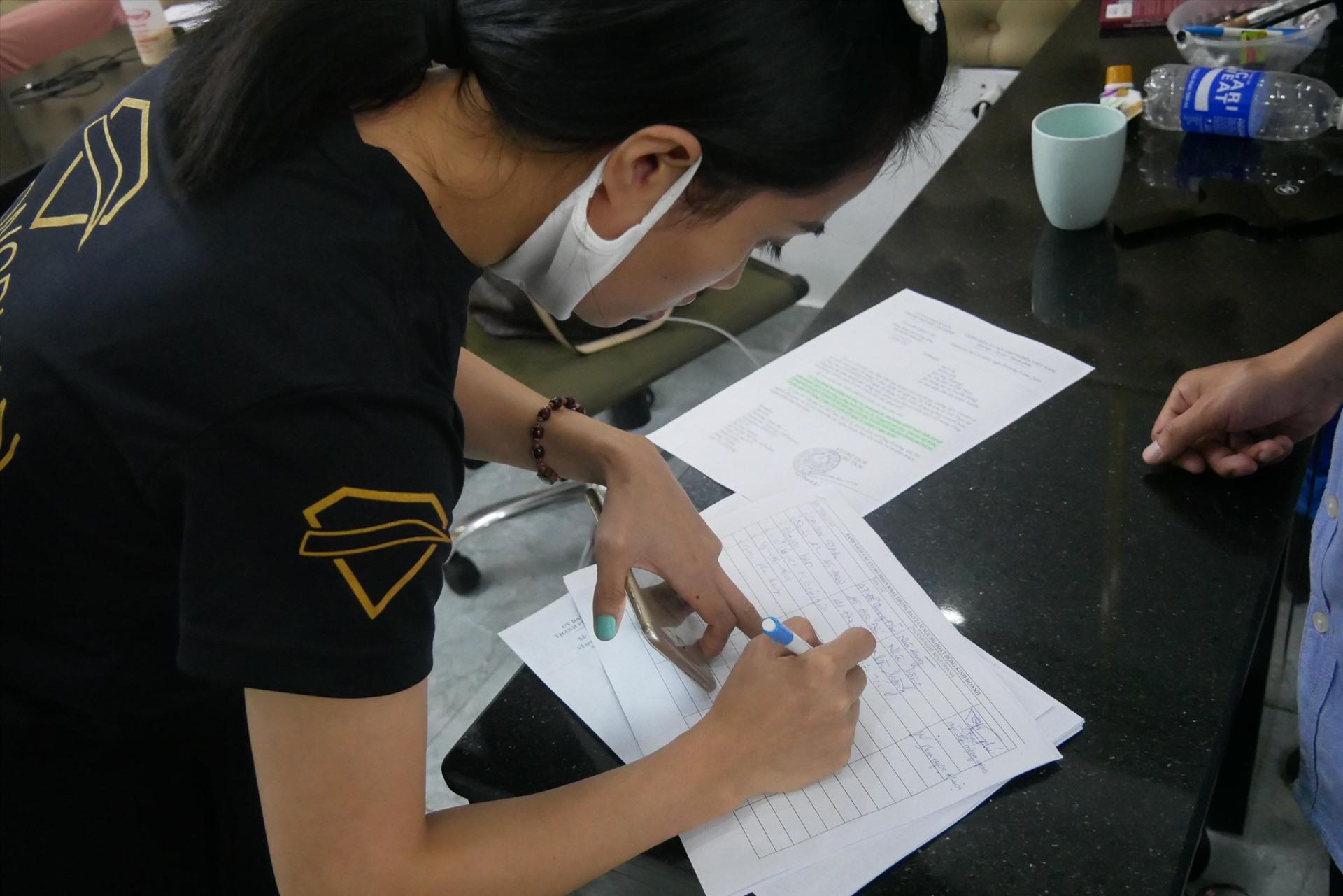 Người dân ký cam kết đóng cửa nhà hàng, quán ăn trước 18h ngày 24.3 theo chỉ đạo của UBND TPHCM.