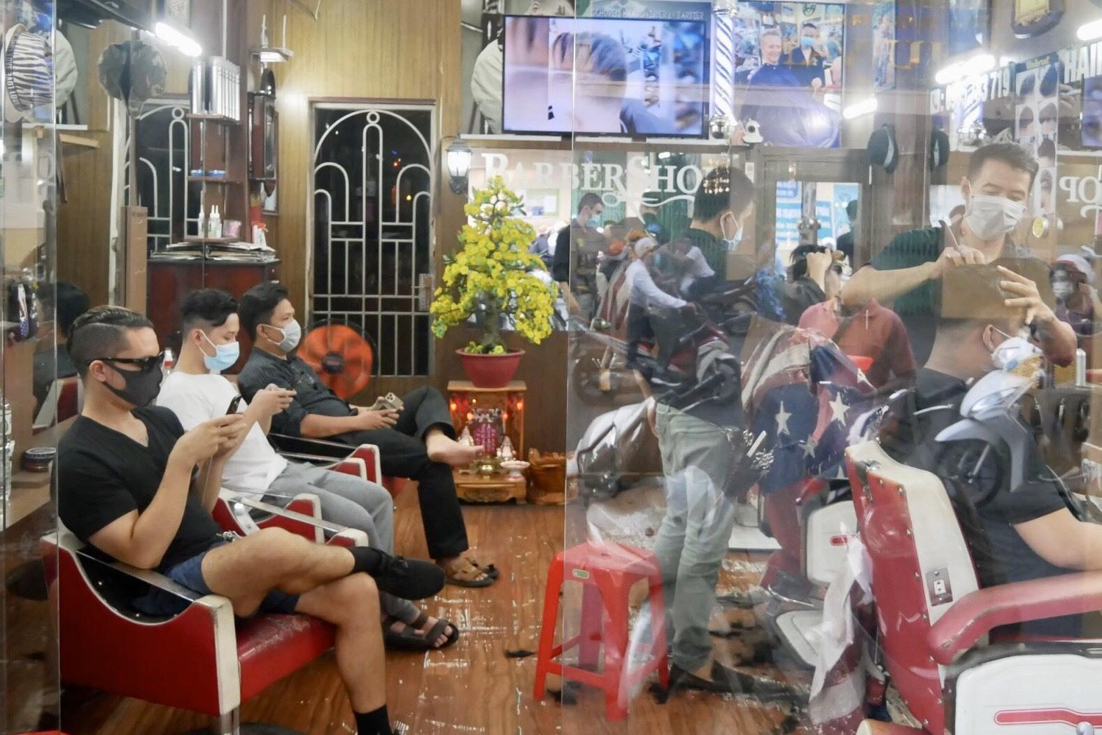 Ông Ngọc cho biết thời gian qua, tiệm hàu như không có khách. Tuy nhiên nhiên sau khi có chỉ đao từ UBND thành phố, khách tới tiệm rất đông để cắt tóc. Nhân viên phải làm việc hết công suất để phục vụ những lượt khách cuối cùng trong ngày trước giờ tạm đóng cửa.