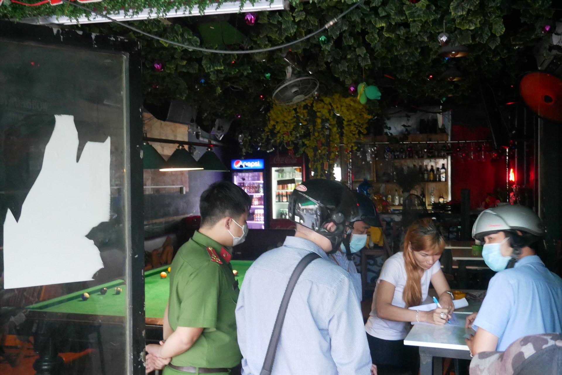 Từ 16h30 ngày 24.3, đoàn chức năng của UBND phường Phạm Ngũ Lão (quận 1) đã tới  các nhàn hàng, cơ sở kinh doanh ăn uống, tiệm cắt tóc trên địa bàn phường để vận đông các cơ sở này tạm thời đóng cửa từ 18h theo chỉ đạo của UBND thành phố.