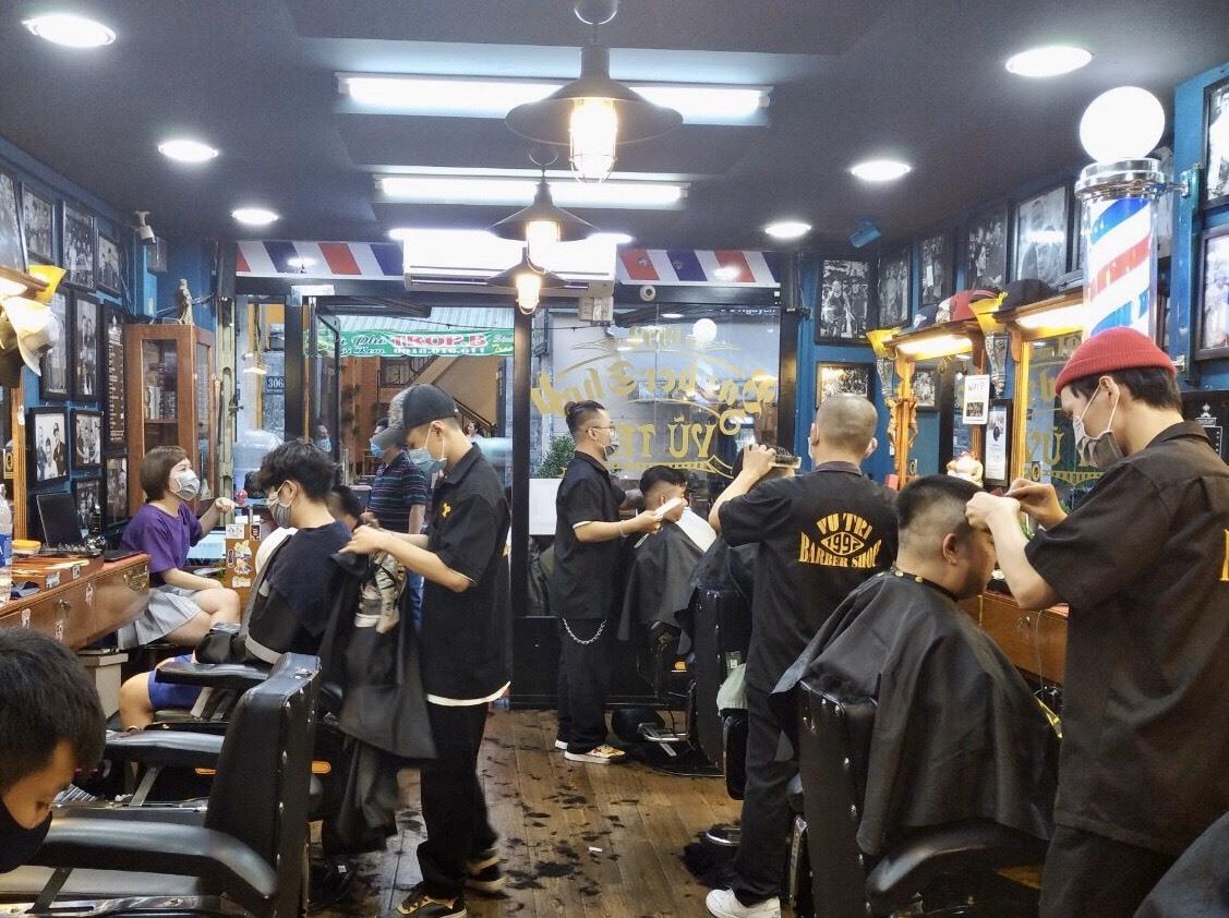 Ghi nhận tại tiệm cắt tóc khá lớn nằm trên đường Nguyễn Thị Minh Khai , quận 3 vào khoang 4h30 chiều, cũng luôn trong tình trạng rất đông khách xếp hàng chờ cắt tóc, mặc dù cửa tiệm đã dừng nhận khách từ 5h để tập trung phục vụ khách đang làm dở dang.