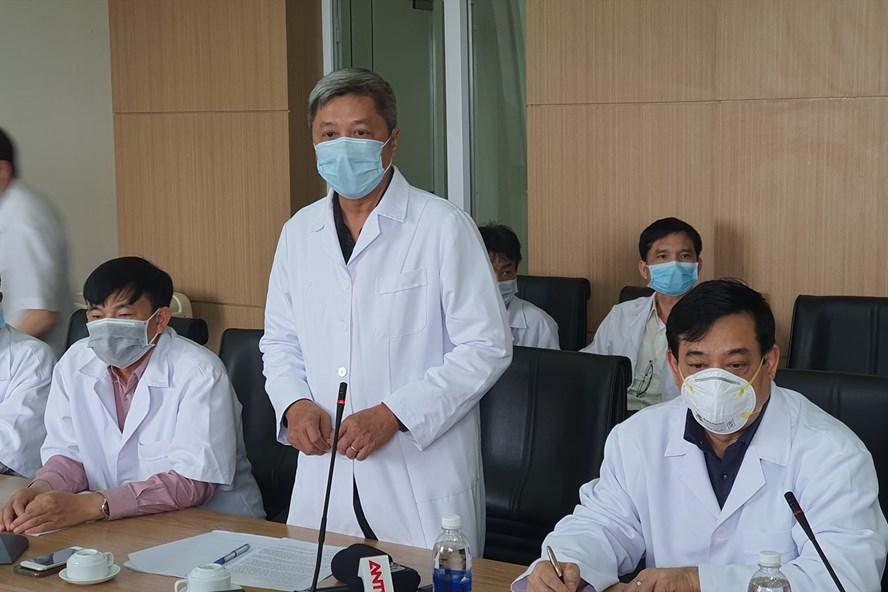 Thứ trưởng Bộ Y tế và các chuyên gia hội chẩn điều trị bệnh nhân COVID-19. Ảnh: Tuấn Dũng