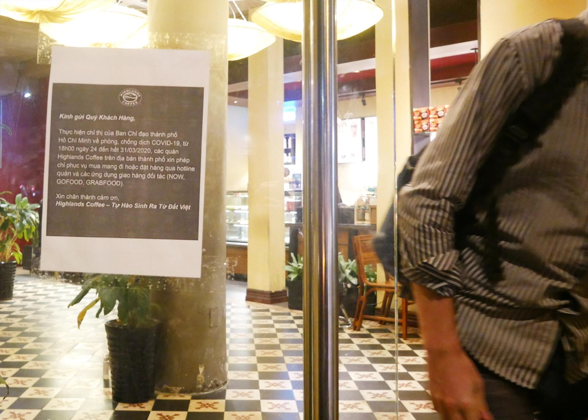 Quán cà phê này sau đó dán thông báo phục vụ khách mang đi và nhận giao hàng online.