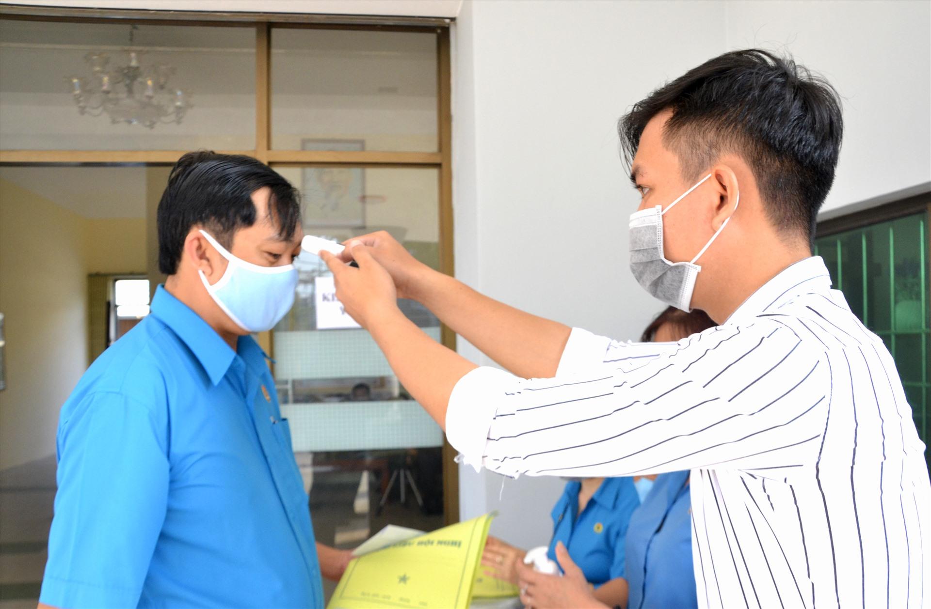 Thực hiện kiểm tra y tế trước khi vào phòng tập huấn. Ảnh: LT