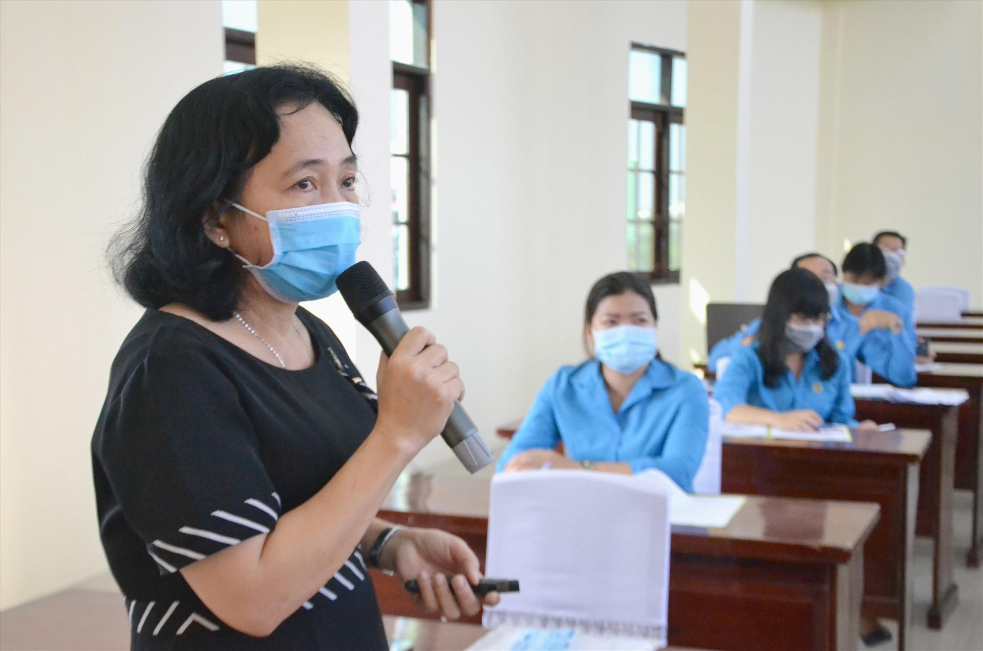 Bác sĩ Nguyễn Thị Kim Huyền truyền đạt tại buổi tập huấn. Ảnh: LT