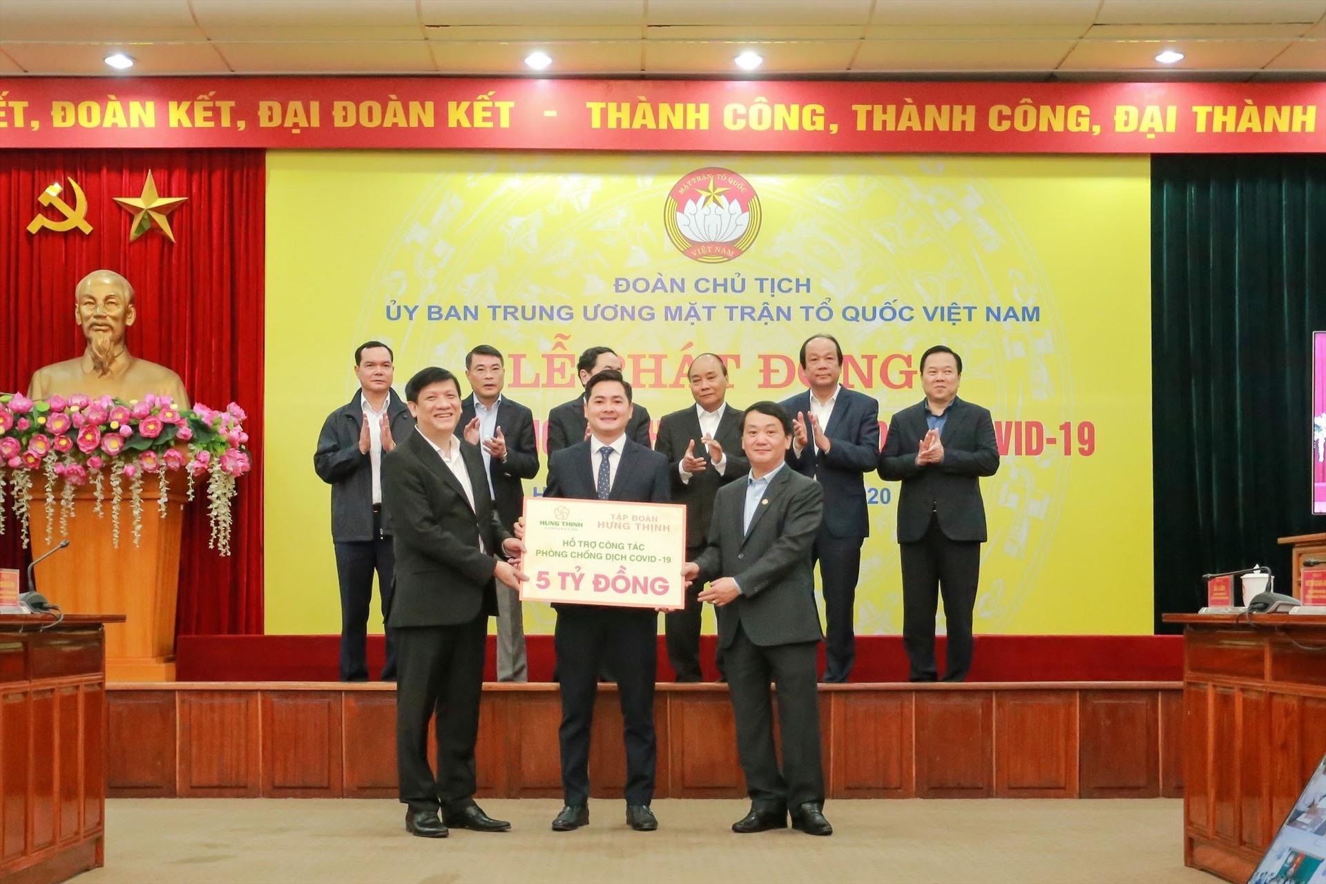 Đại diện Tập đoàn Hưng Thịnh trao biểu trưng đóng góp 5 tỉ đồng cho UBTWMTTQ Việt Nam, ngày 17.3.2020