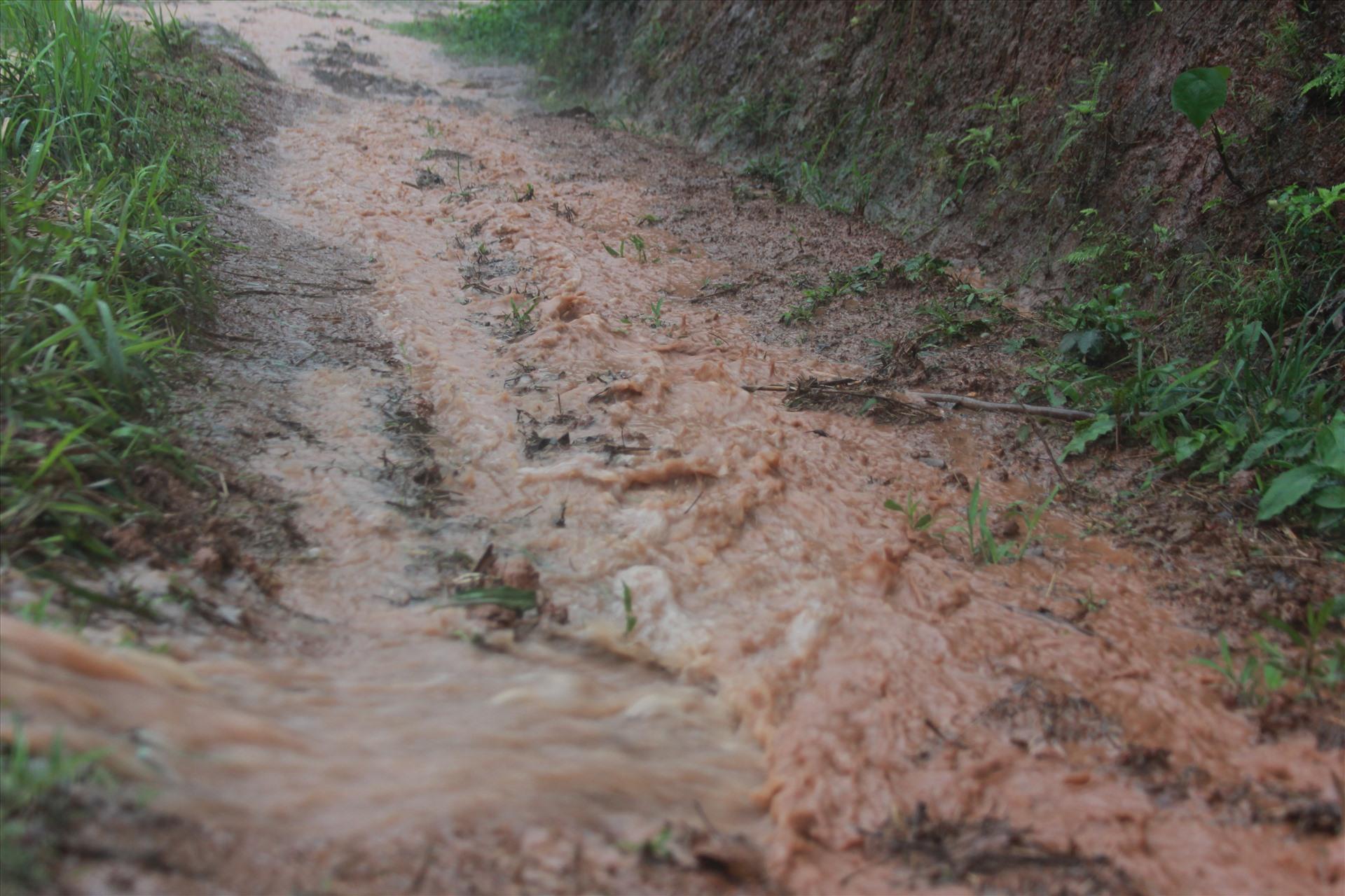 Con đường lầy lội, thời tiết khắc nghiệt là những gì các chiến sĩ bộ đội biên phòng tỉnh Lạng Sơn đang phải hàng ngày đối mặt để chủ động phòng, chống dịch COVID-19 từ xa.