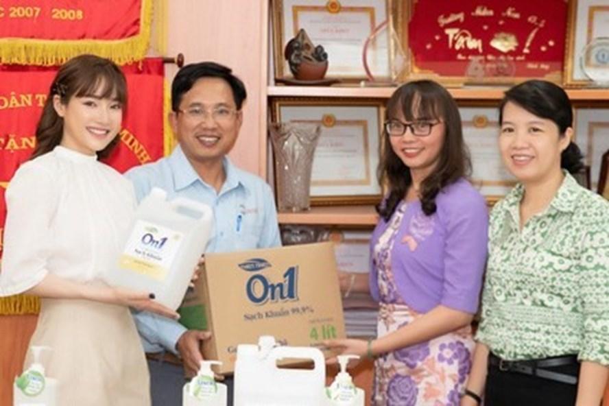 Đại diện Công ty CP Bột giặt Lix (bên trái) tặng gel rửa tay cho ngành Giáo dục TPHCM. Ảnh từ trang web của công ty