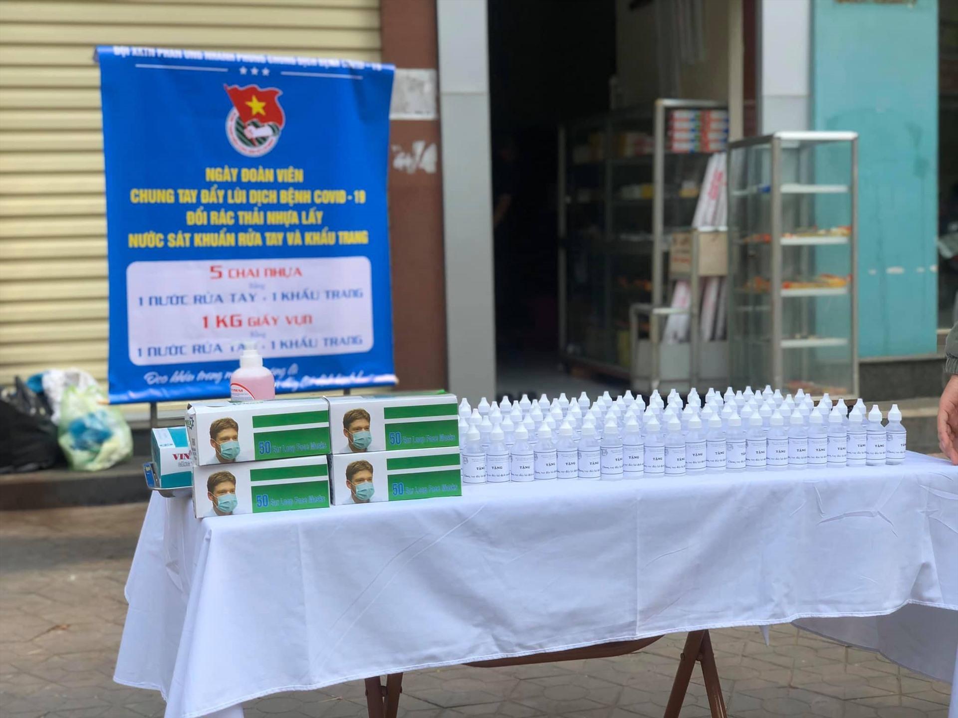 Hơn 300 nước rửa tay khô, khẩu trang được trao tại chương trình.