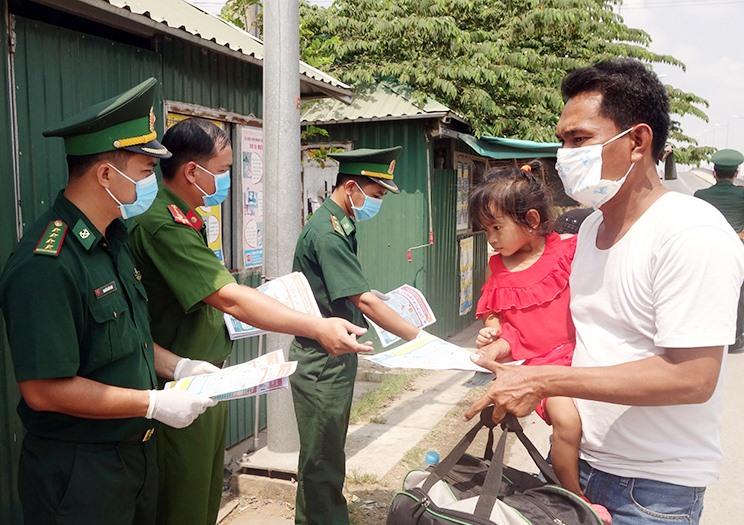Thời điểm này, tỉnh An Giang đã tiếp nhận và cách ly hơn 2.000 người Việt Về từ Campuchia. Các chiến sĩ, cán bộ đội nắng phát tờ rơi tuyên truyền phòng chống dịch cho người dân biên giới