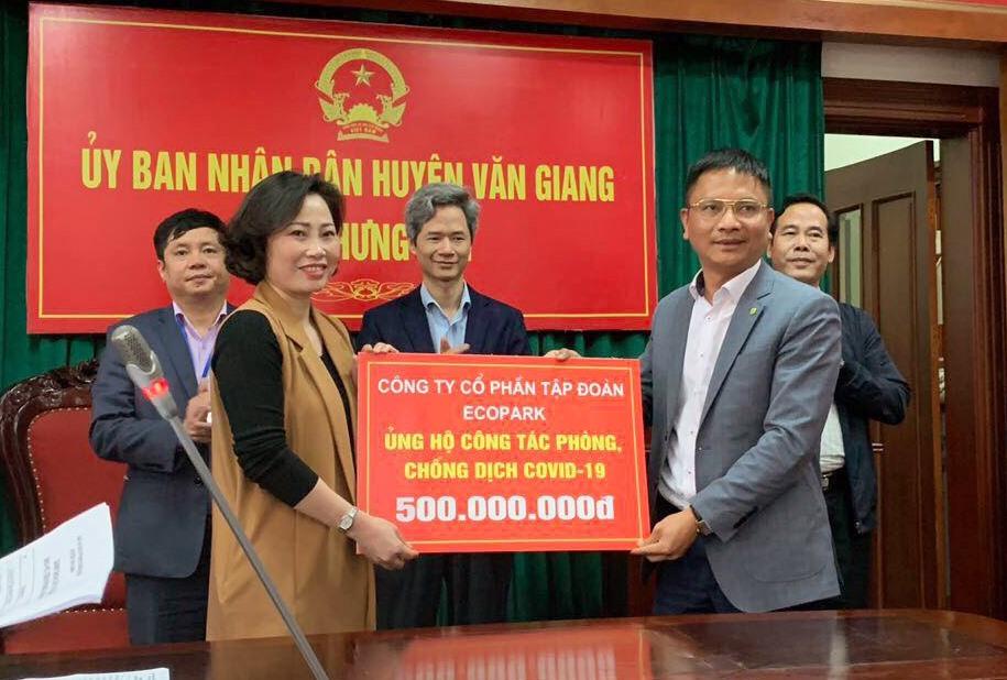 Ông Vũ Mai Phong – Phó Tổng Giám đốc Tập đoàn Ecopark trao 500 triệu đồng cho UBND huyện Văn Giang, tỉnh Hưng Yên.