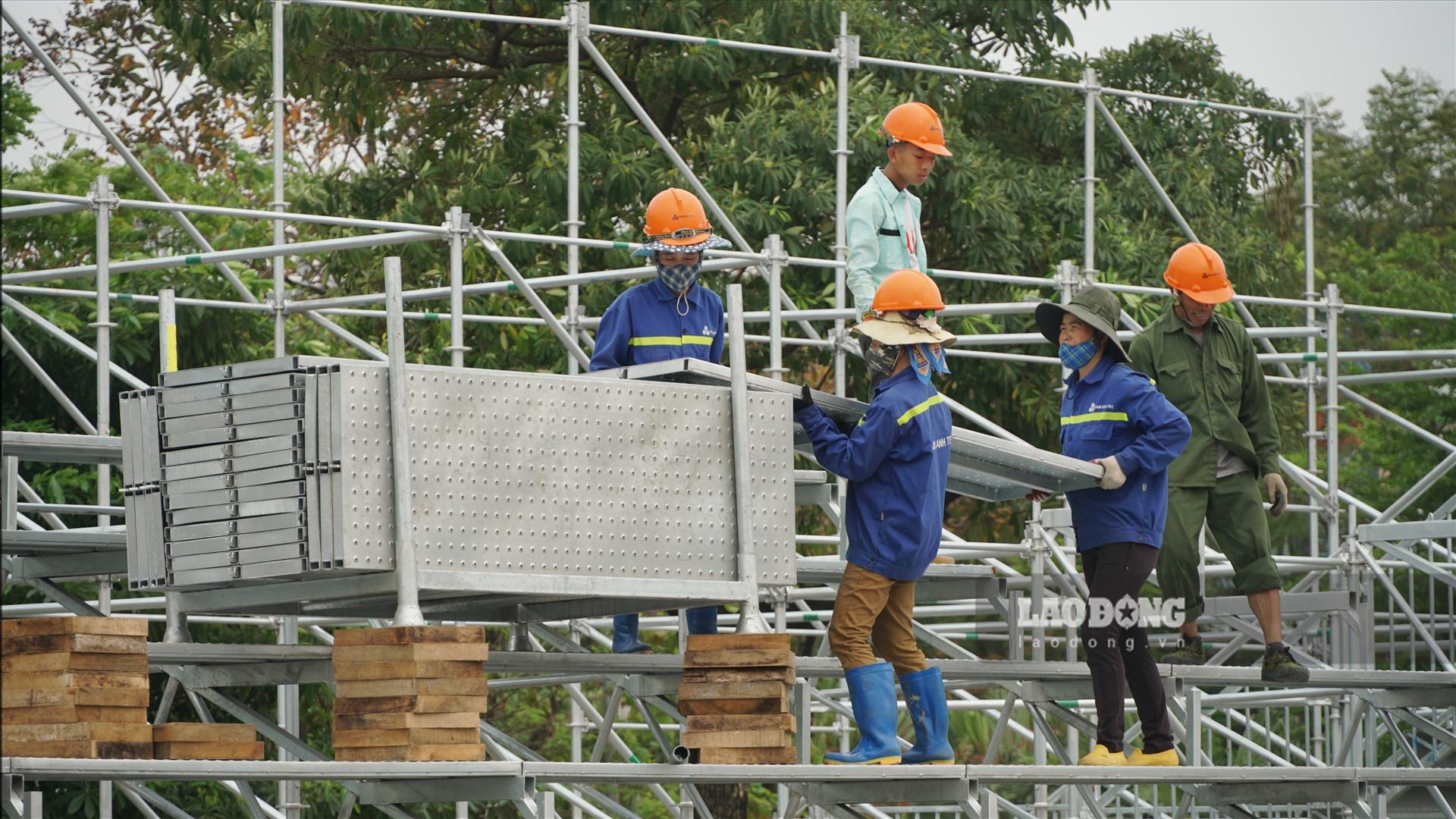 Ngày 26.3, theo ghi nhận của phóng viên, phần khán đài mới được dựng lên dọc tuyến đường Lê Đức Thọ đang được công nhân tháo dỡ trong những ngày qua.