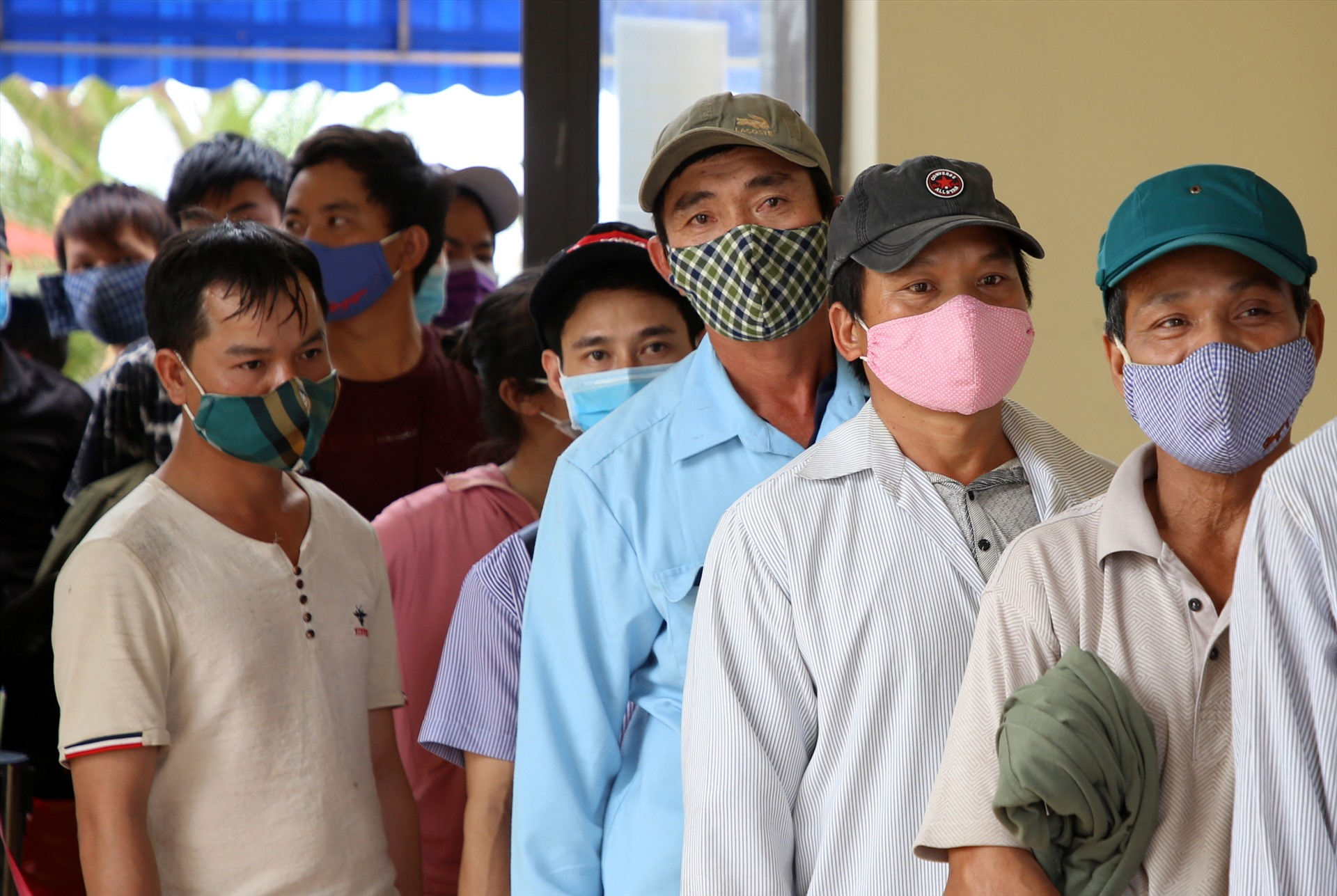 Những người đàn ông này làm việc Lào, nhưng trước thông tin dịch COVID-19 diễn biến phức tạp, họ đã trở về quê. Dù việc xếp hàng đợi làm thủ tục khá lâu, nhưng ai cũng chấp hành, vui mừng vì đến quê nhà an toàn.