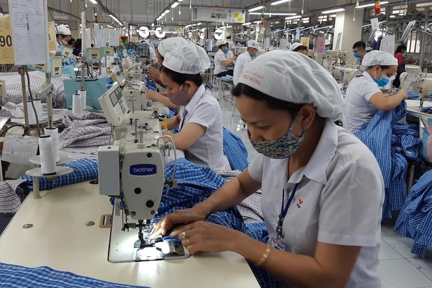 Công nhân Công ty Việt Hưng hiện vẫn được bảo đảm việc làm, thu nhập. Ảnh: Nam Dương