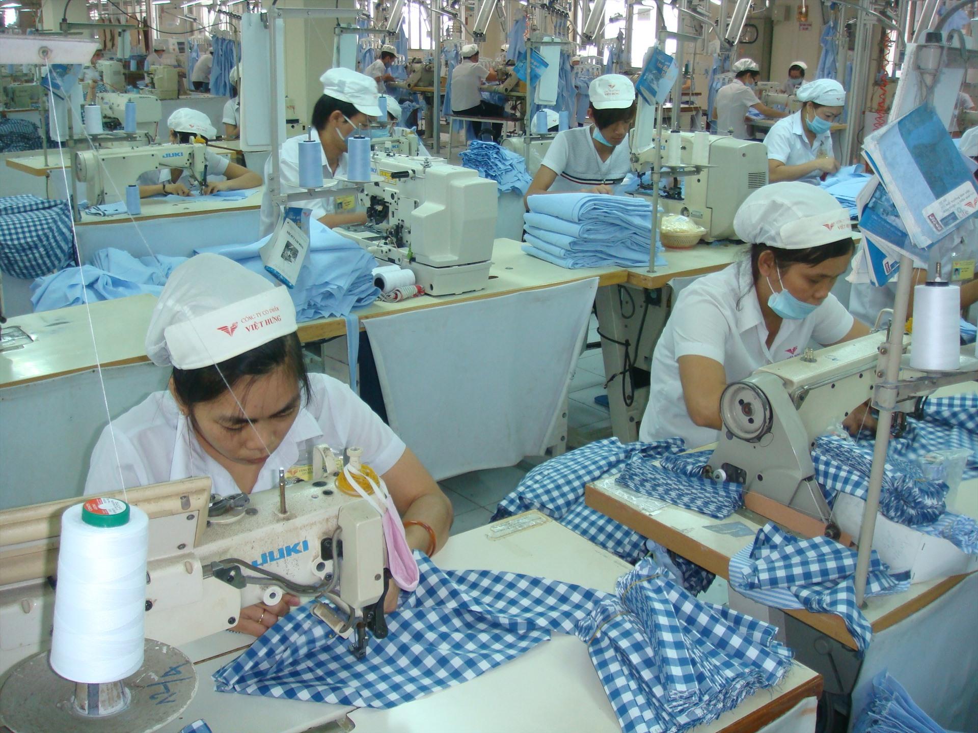 Doanh nghiệp ngành dệt may có đủ điều kiện được tạm dừng đóng vào Quỹ Hưu trí, tử tuất. Ảnh Nam Dương