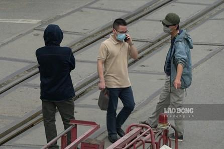 """Chèo kéo khách vẫn diễn ra trước cổng Bệnh viện Bạch Mai - """"ổ dịch"""" COVID-19"""