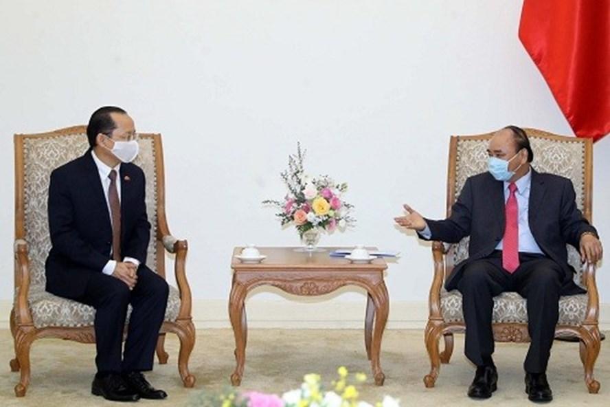 Thủ tướng Nguyễn Xuân Phúc tiếp Đại sứ đặc mệnh toàn quyền Vương quốc Campuchia Chay Navuth. Ảnh: VGP.