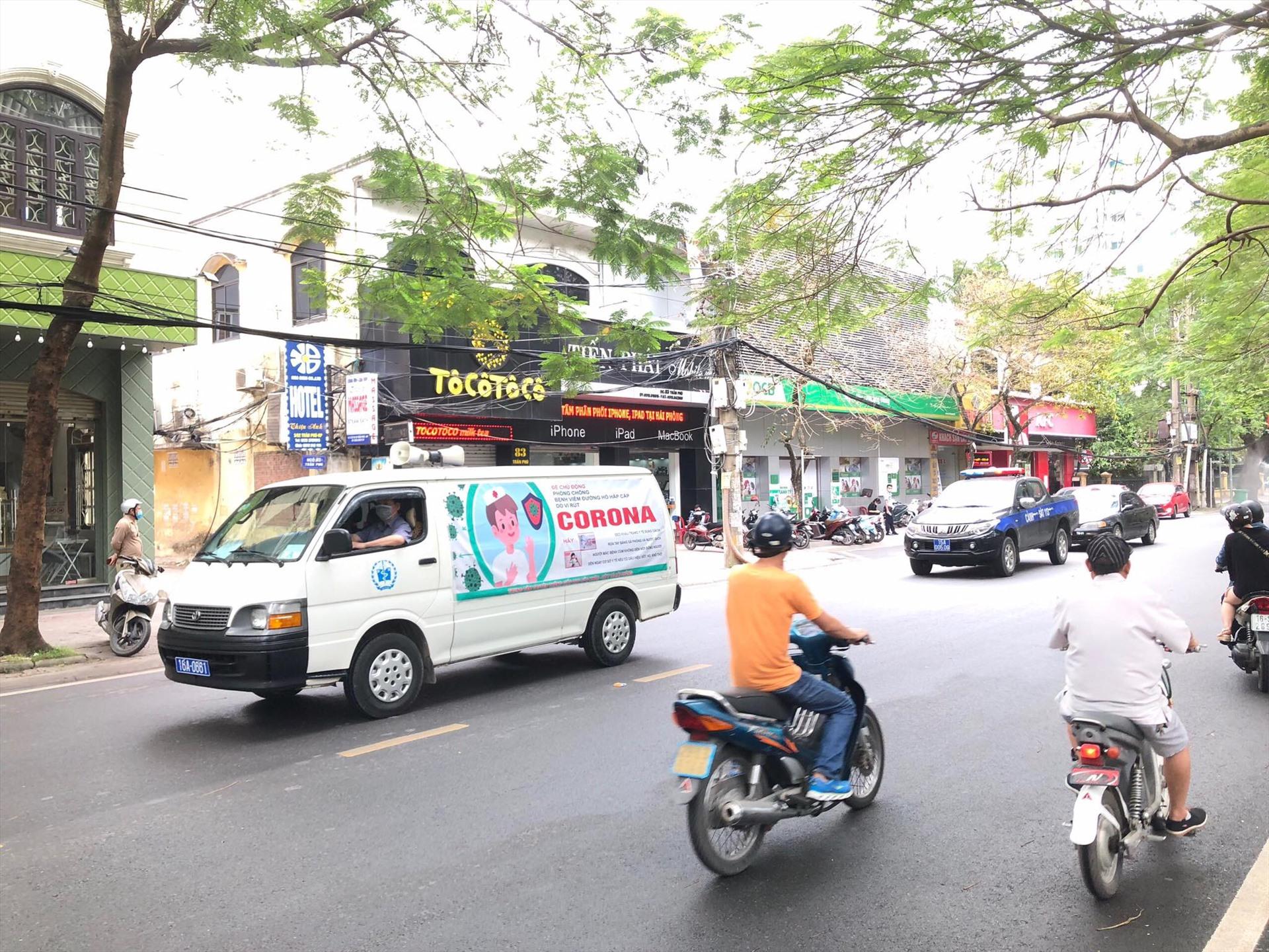 Cùng với phun khử trùng đường phố, xe của Sở Y tế đi dọc các tuyến phố trung tâm, tuyên truyền về phòng dịch COVID-19. Ảnh ĐL