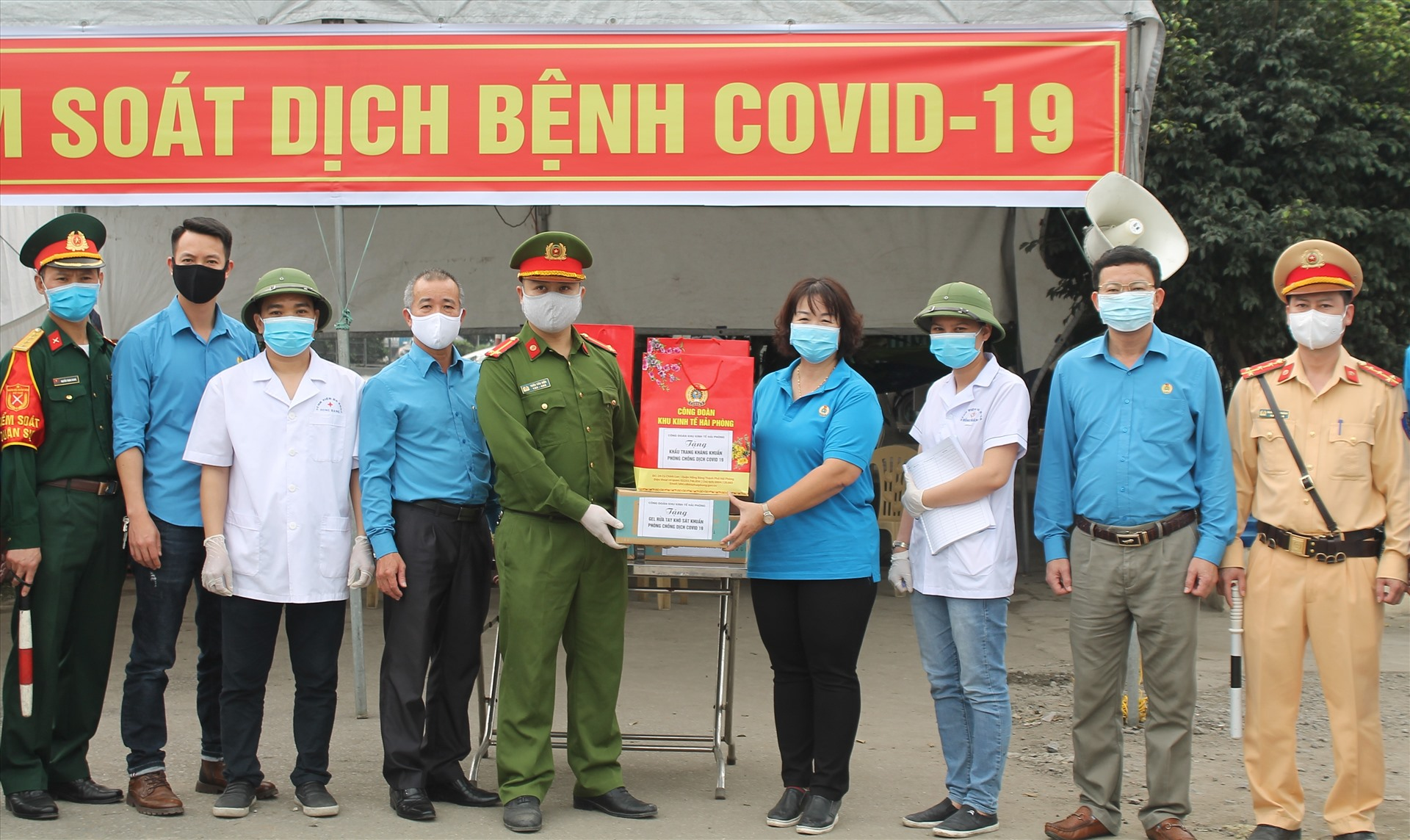 Công đoàn Khu kinh tế trao tặng 6 chốt kiểm soát dịch COVID-19 mỗi chốt 100 khẩu trang vải kháng khuẩn, 50 dung dịch sát khuẩn tay. Ảnh MD