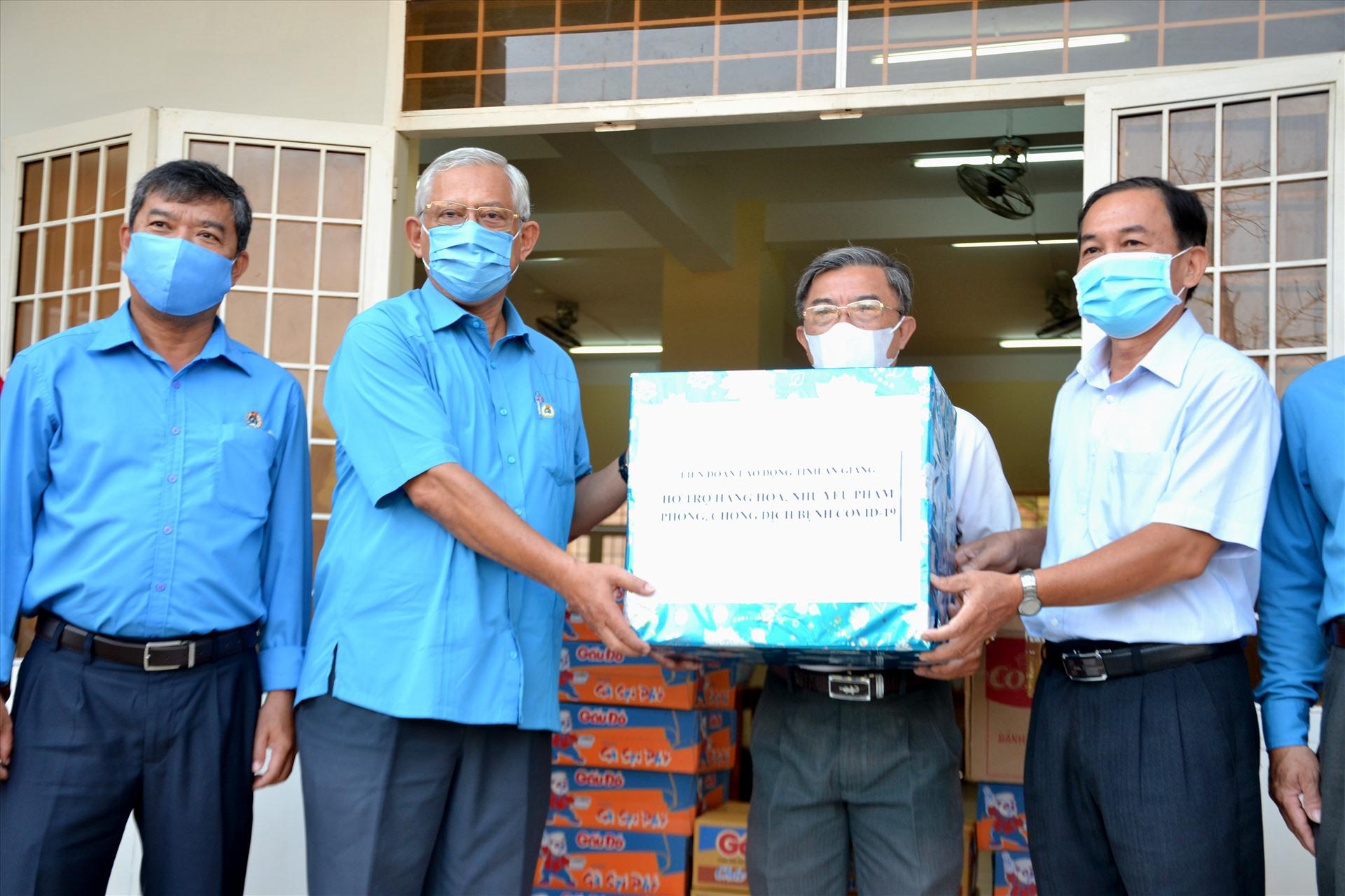 Ông Nguyễn Thiện Phú trao hỗ trợ 500 khẩu trang y tế, 25 chai nước sát khuẩn,30 thùng mì, cháo ăn liền cho điểm quản lý cách ly tập trung tại TP. Châu Đốc. Ảnh:LT