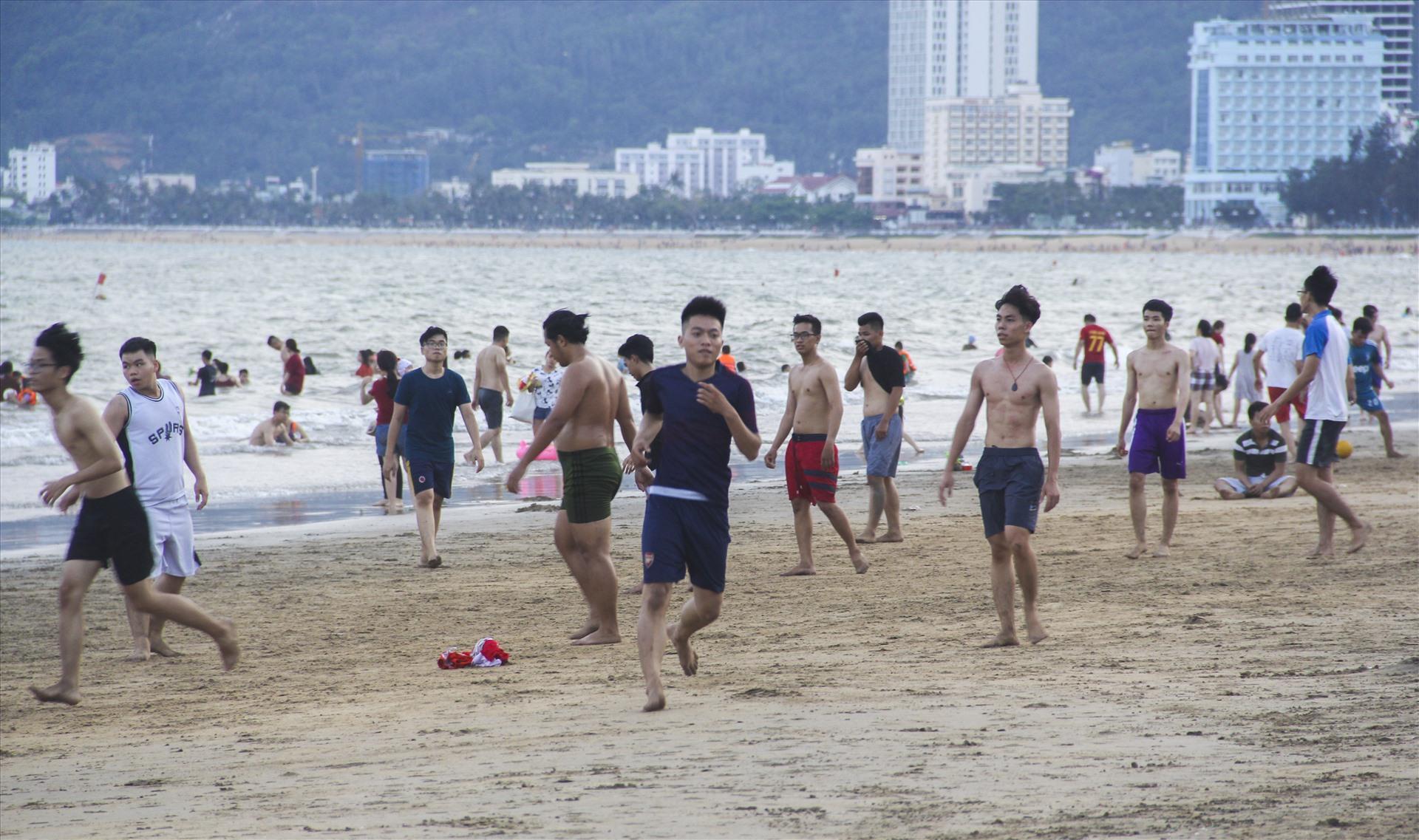 Lượng người tắm biển trải đều dọc bãi biển Quy Nhơn từ khu núi Ghềnh Ráng dọc đường An Dương Vương kéo dài xuống đường Xuân Diệu. Bãi tắm nào cũng đông kín người.