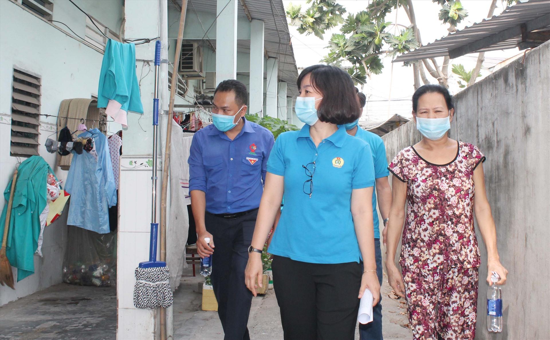Bà Trương Thị Bích Hạnh (đi giữa) khảo sát thực tế đời sống NLĐ trước ảnh hưởng của dịch bệnh Covid-19.