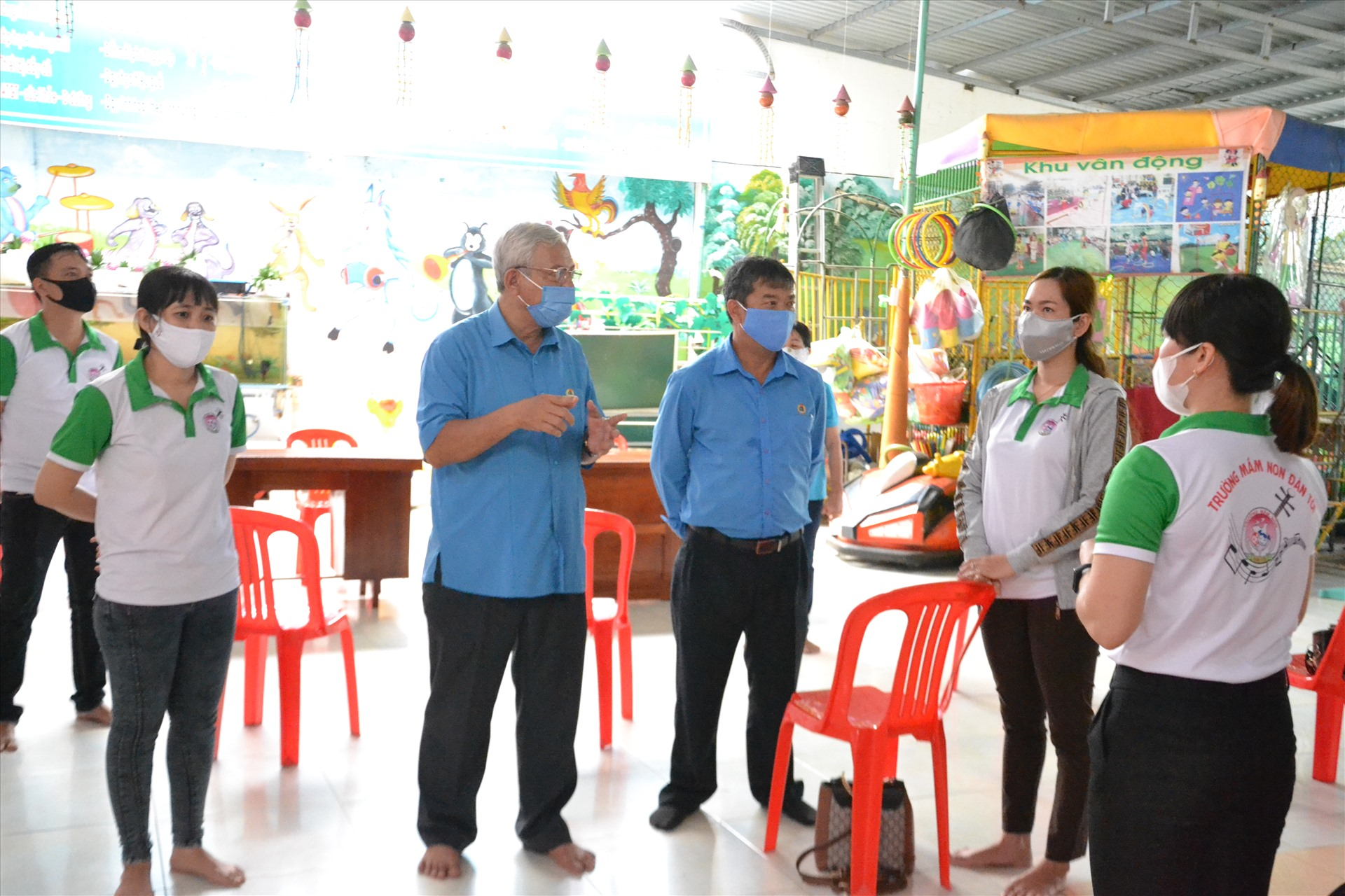 Chủ tịch LĐLĐ An Giang Nguyễn Thiện Phú trao đổi với giáo viên Trường Mầm non tư thục Đàn Tôi. Ảnh: LT