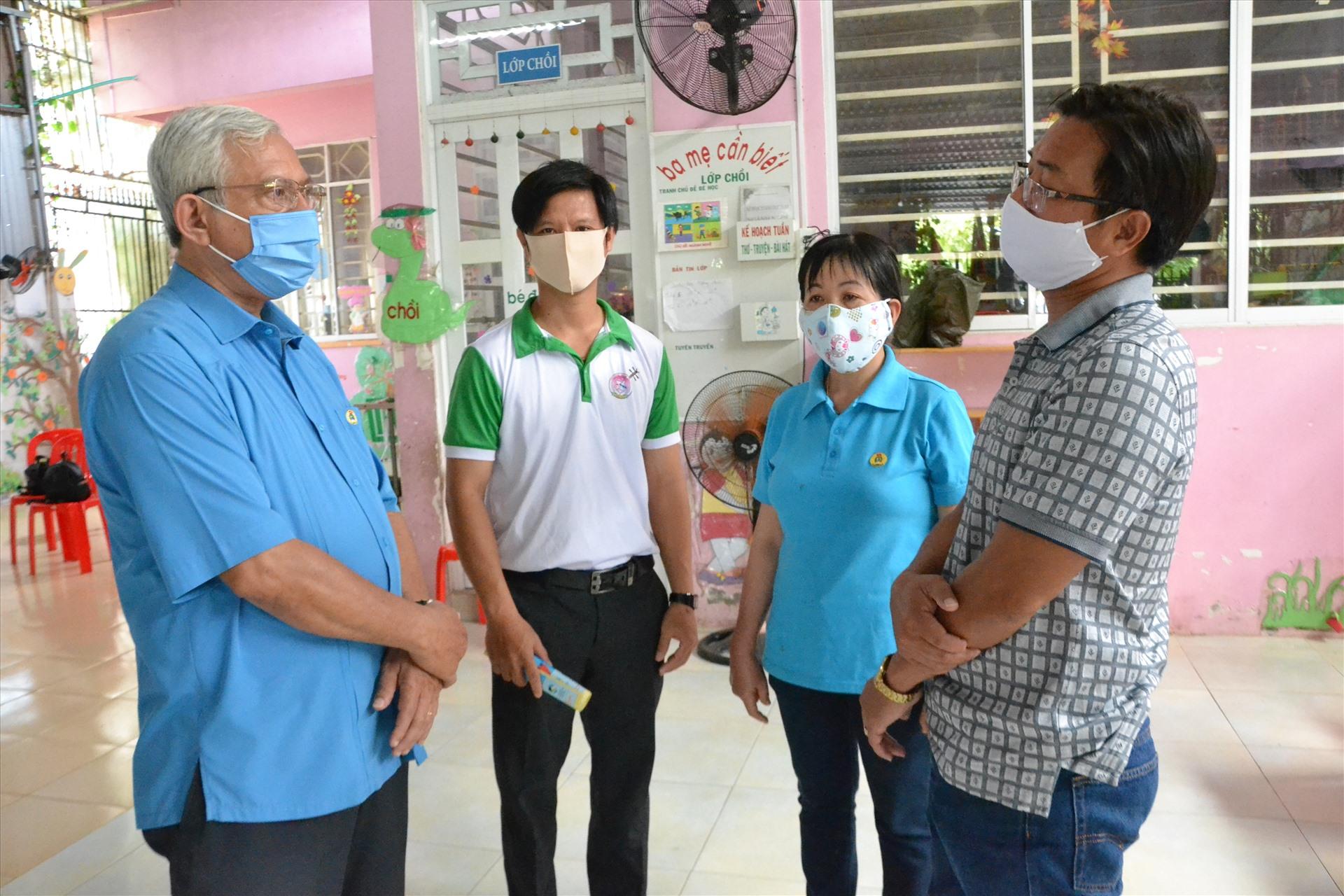 Chủ tịch LĐLĐ An Giang trao đổi với lãnh đạo UBND huyện An Phú, Trường Đàn Tôi tìm giải pháp sớm ổn định đời sống, việc làm giáo viên. Ảnh: LT