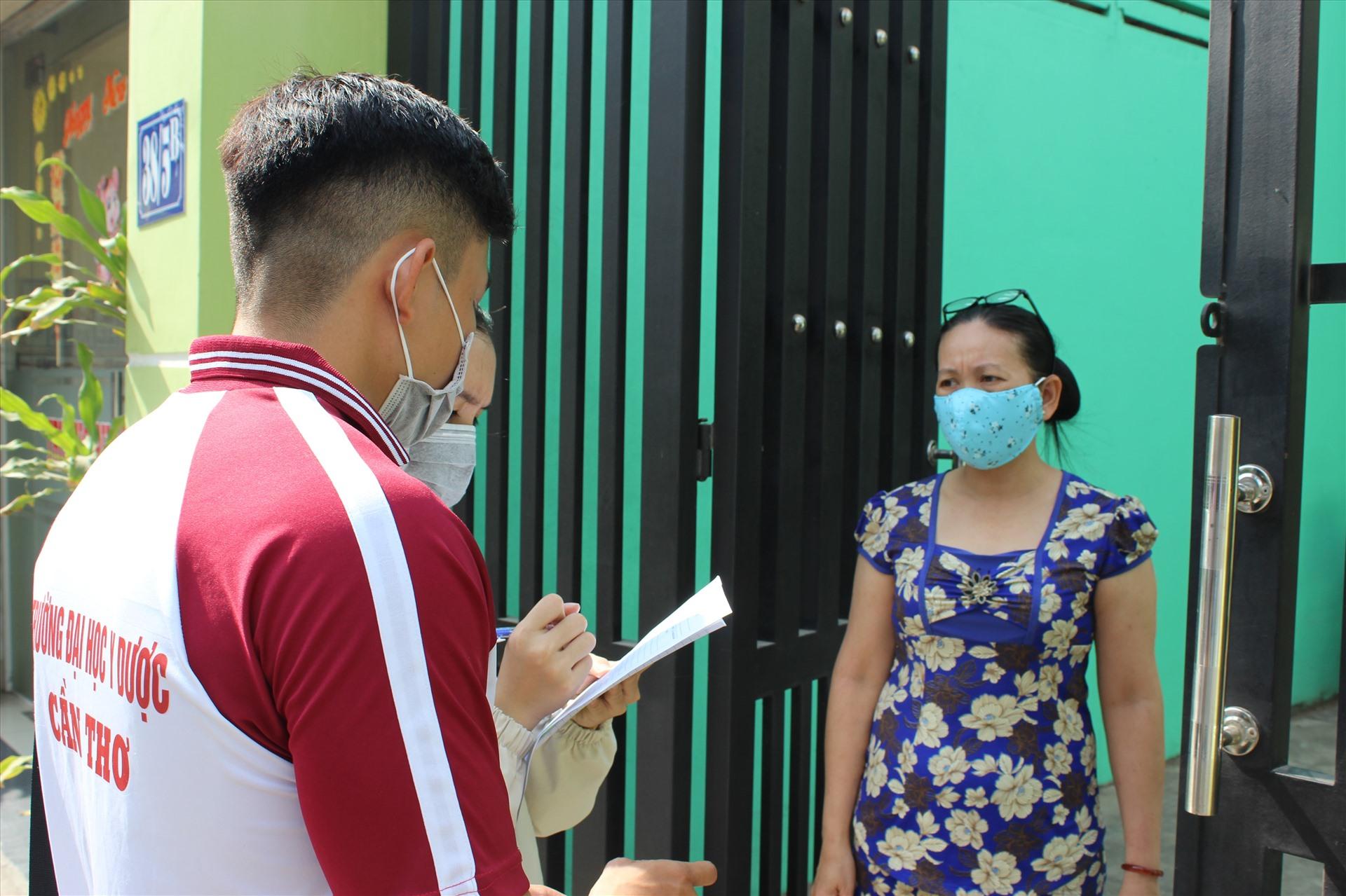 Các sinh viên hướng dẫn người dân thực hiện khai báo y tế