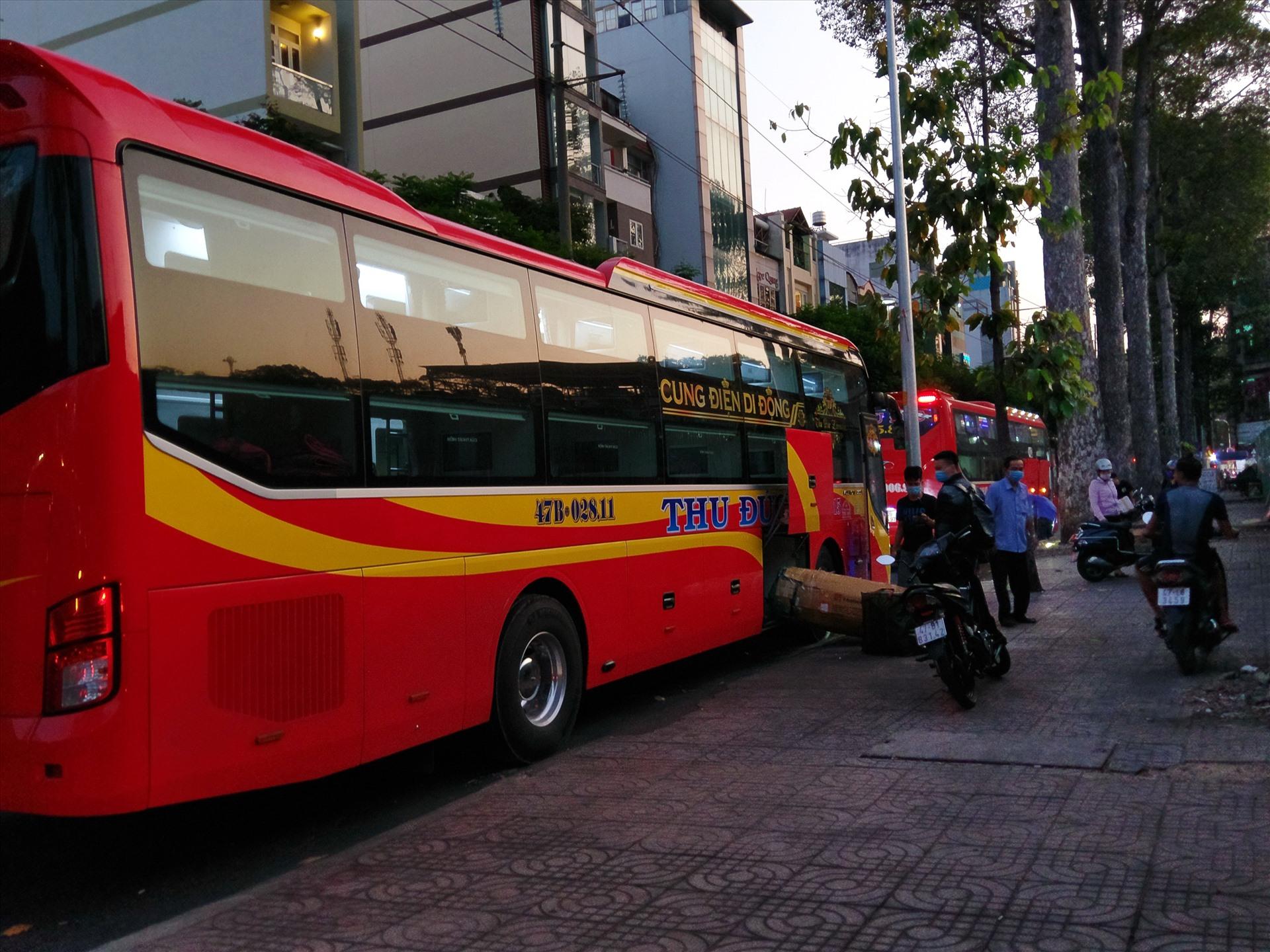 Không chỉ nhà xe Thành Bưởi, rất nhiều xe chạy hợp đồng khác vẫn chống lệnh để hoạt động chở khách. Trong ảnh là 2 xe khách chờ đón khách trên đường Hùng Vương (quận 10).