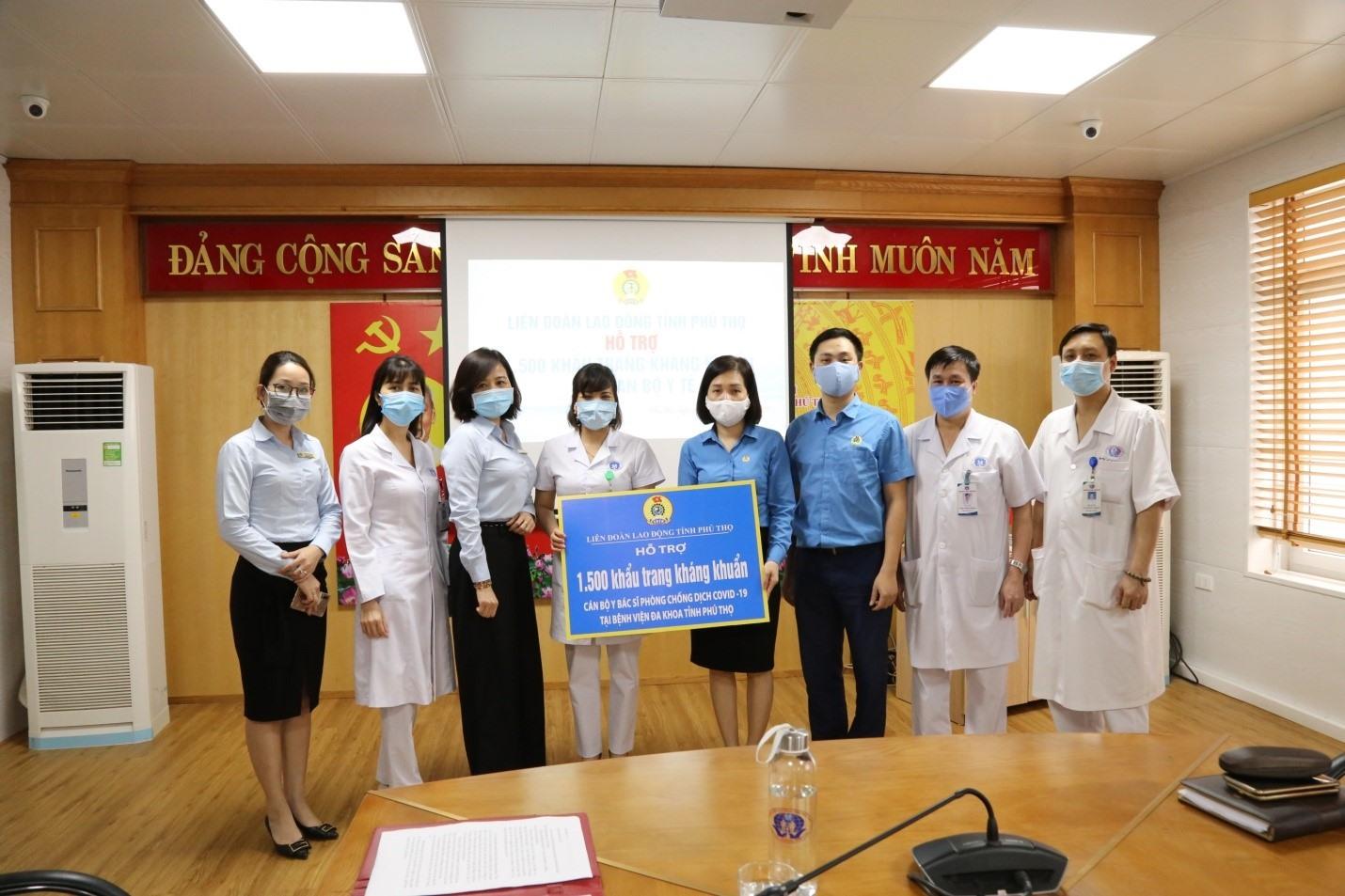 Đồng chí Hoàng Minh Thắm – Chủ tịch Công đoàn ngành Y tế tỉnh thừa ủy quyền của Ban Thường vụ Liên đoàn Lao động tỉnh Phú Thọ trao khẩu trang y tế cho bệnh viện Đa khoa tỉnh.