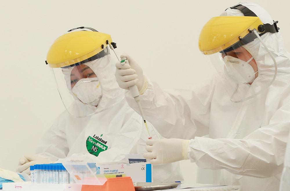 Bộ test được sử dụng tại các điểm xét nghiệm nhanh do Hàn Quốc sản xuất cho kết quả trong 10 phút với độ chính xác cao.