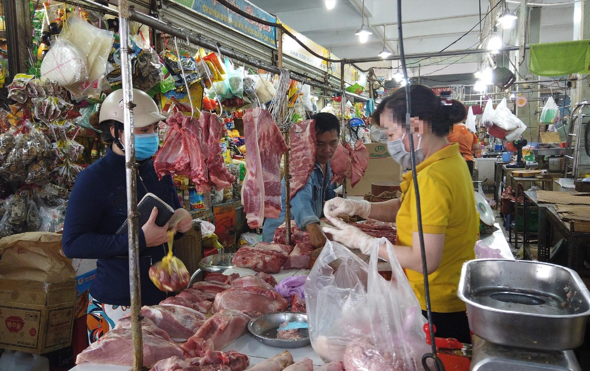 """Khu vực đông đúc nhất tại hầu hết các chợ thời điểm này là các sạp bán thực phẩm thiết yếu như"""" thịt, rau củ quả, thủy hải sản...  Phía sau chợ Bà Chiểu (quận Bình Thạnh, TPHCM), nơi tập trung các sạp hàng thực phẩm, đông nghịt người mua hàng,"""