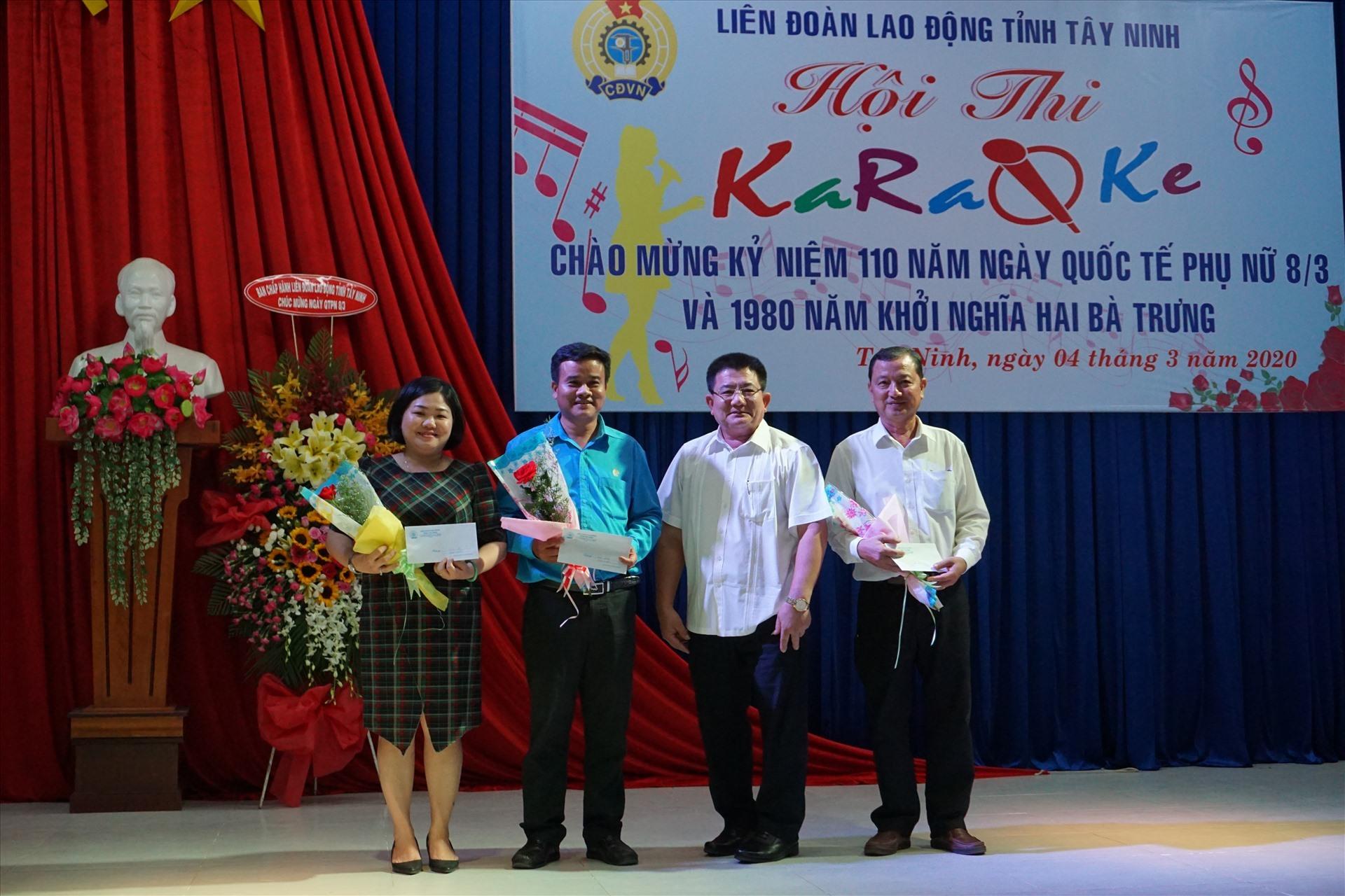 Ông Võ Văn Dũng – Chủ tịch LĐLĐ tỉnh trao thưởng cho các thí sinh đạt giải cao.