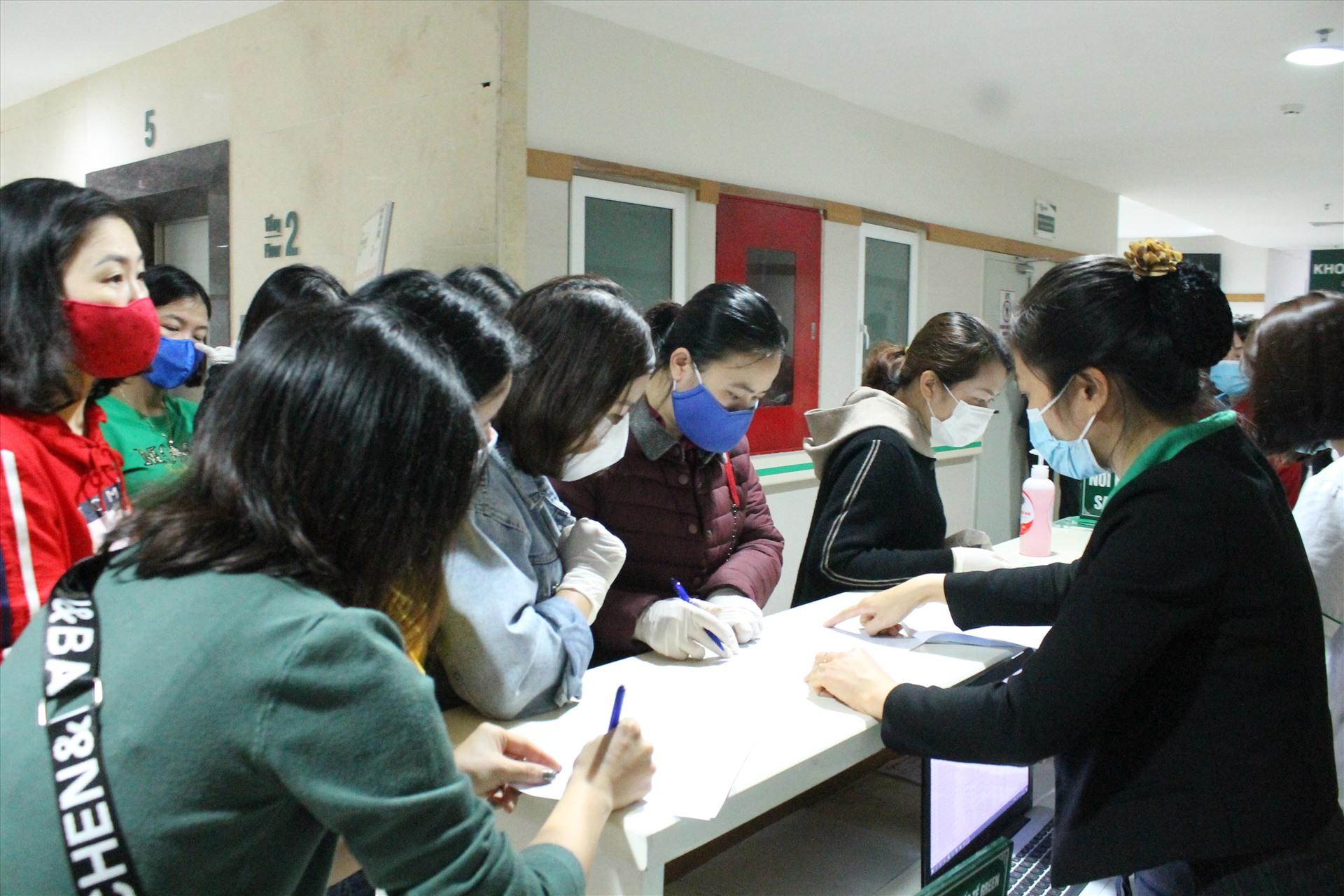 Người lao động đăng kí khám chuyên khoa sức khỏe sinh sản tại chương trình do Công đoàn Khu kinh tế Hải Phòng tổ chức. Ảnh Mai Dung