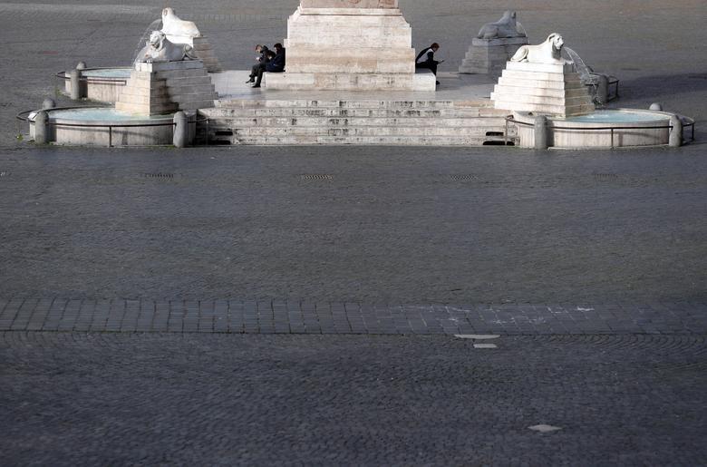Mọi người ngồi tại quảng trường Piazza del Popolo ở Rome, ngày 5 tháng 3.