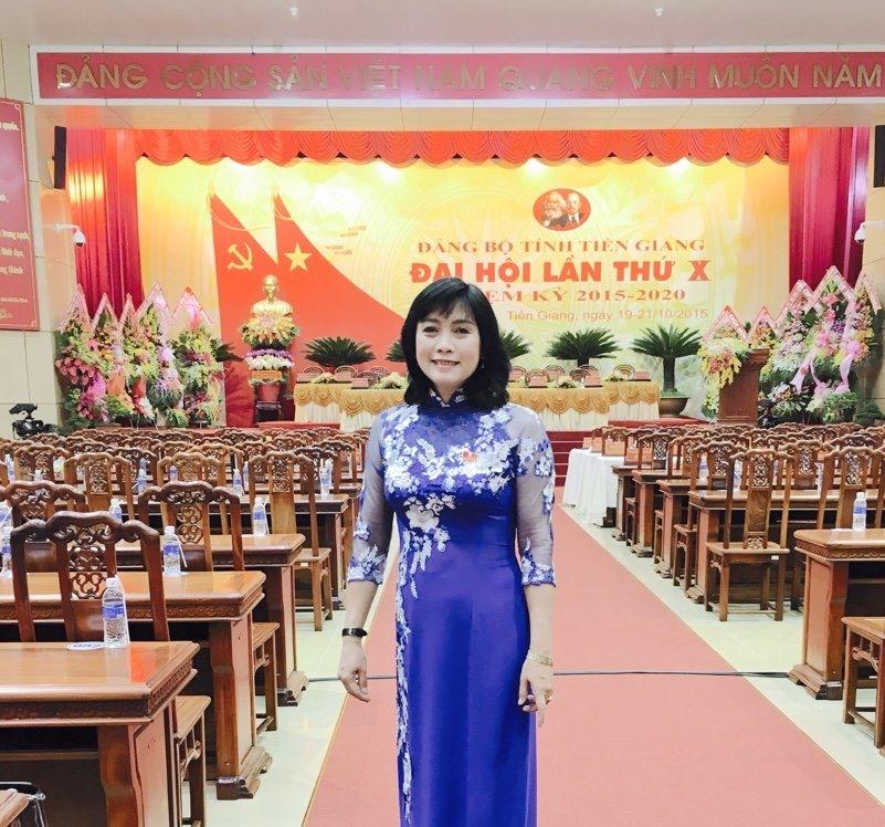 Chủ tịch LĐLĐ huyện Cái Bè (Tiền Giang) - chị Trần Mai Huỳnh - mặc áo dài dự Đại hội Đảng. Ảnh: K.Q