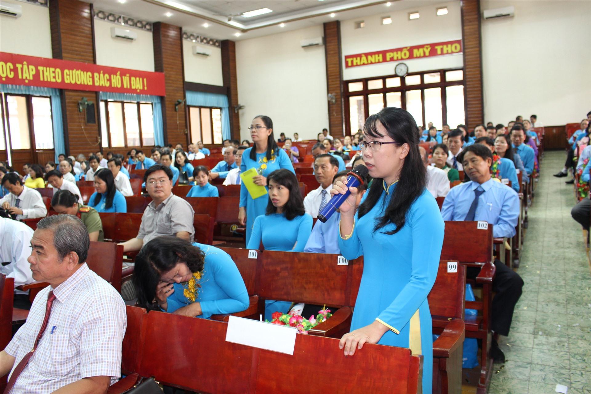 Cán bộ công đoàn nữ tỉnh Tiền Giang mặc áo dài công đoàn tại cuộc đối thoại với Chủ tịch UBND tỉnh. Ảnh: K.Q