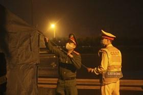 Công an xuyên đêm trực tại các chốt cửa ngõ Thủ đô chống COVID-19