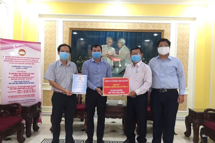 Lãnh đạo và công đoàn Cảng Sài Gòn ủng hộ phòng chống COVID-19. Ảnh: H.H