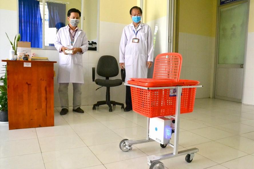 Bác sĩ Lê Ngọc Lâm đang điều khiển robot. Ảnh: Lục tùng