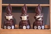Thỏ socola đeo khẩu trang, xu hướng độc lạ trong lễ Phục sinh 2020