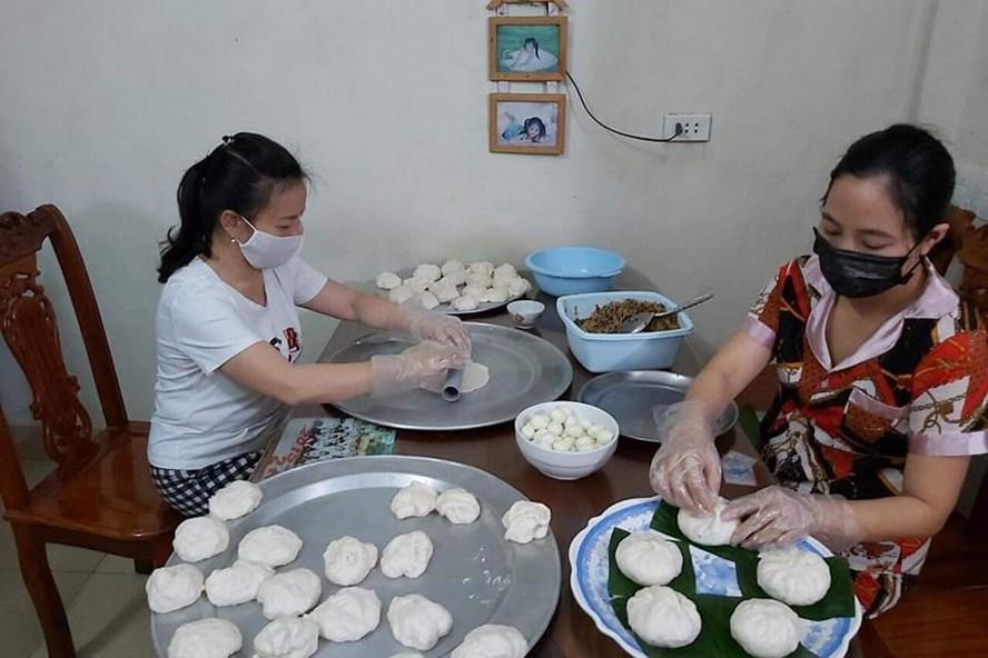Đoàn viên công đoàn Trường Mầm non Nam Hồng làm bánh bao tặng khu cách ly.