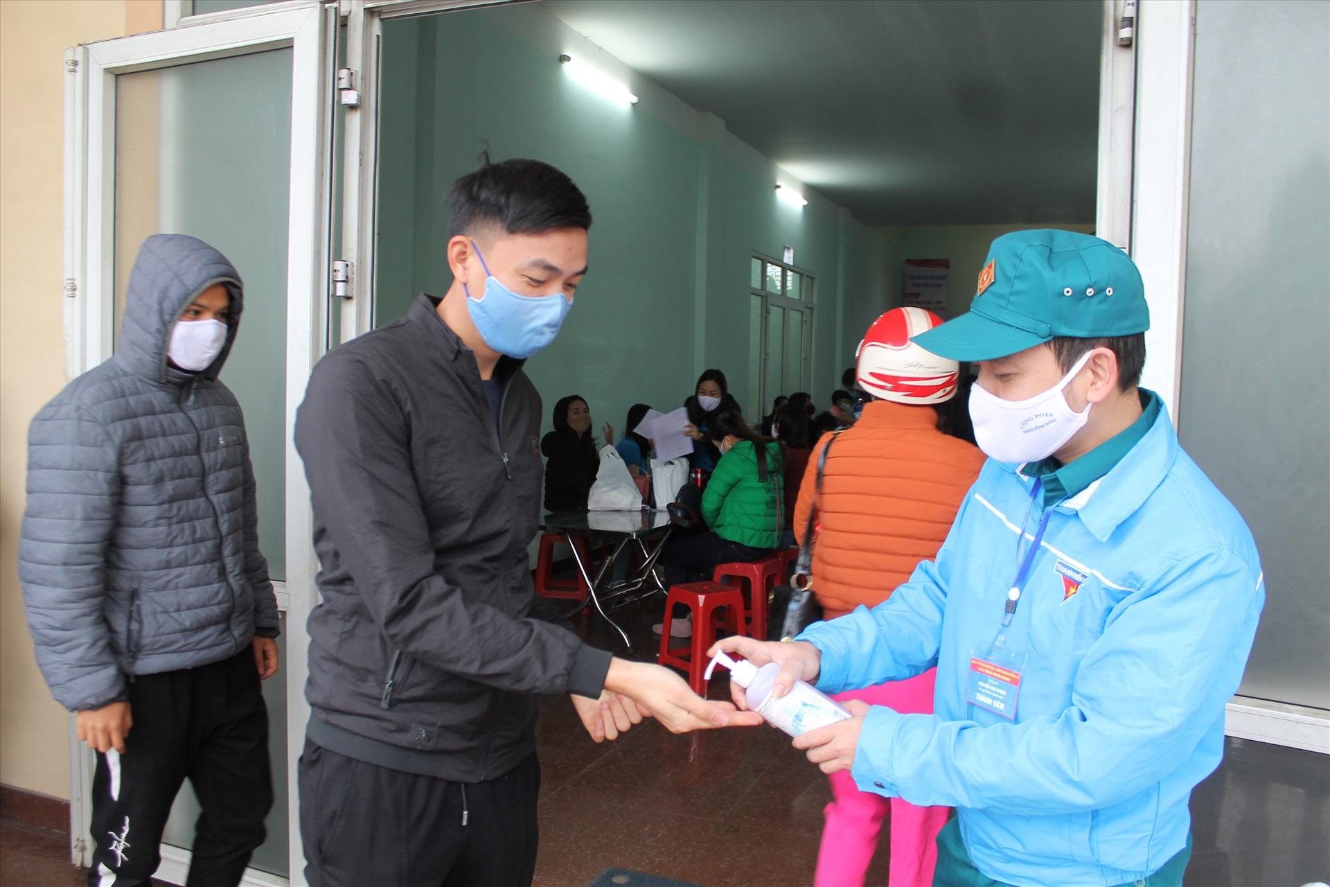 Cùng với việc hướng dẫn, tiếp nhận đăng kí hiến máu, ban tổ chức chú trọng công tác phòng dịch COVID-19. Ảnh Mai Dung