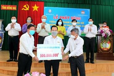 Đại diện Công ty Điện lực Đồng Nai (thuộc EVNSPC) chuyển đến Ủy Ban Mặt trận Tổ quốc Việt Nam tỉnh Đồng Nai 500 triệu đồng để ủng hộ phòng chống dịch COVID-19. Ảnh Đình Hoàng